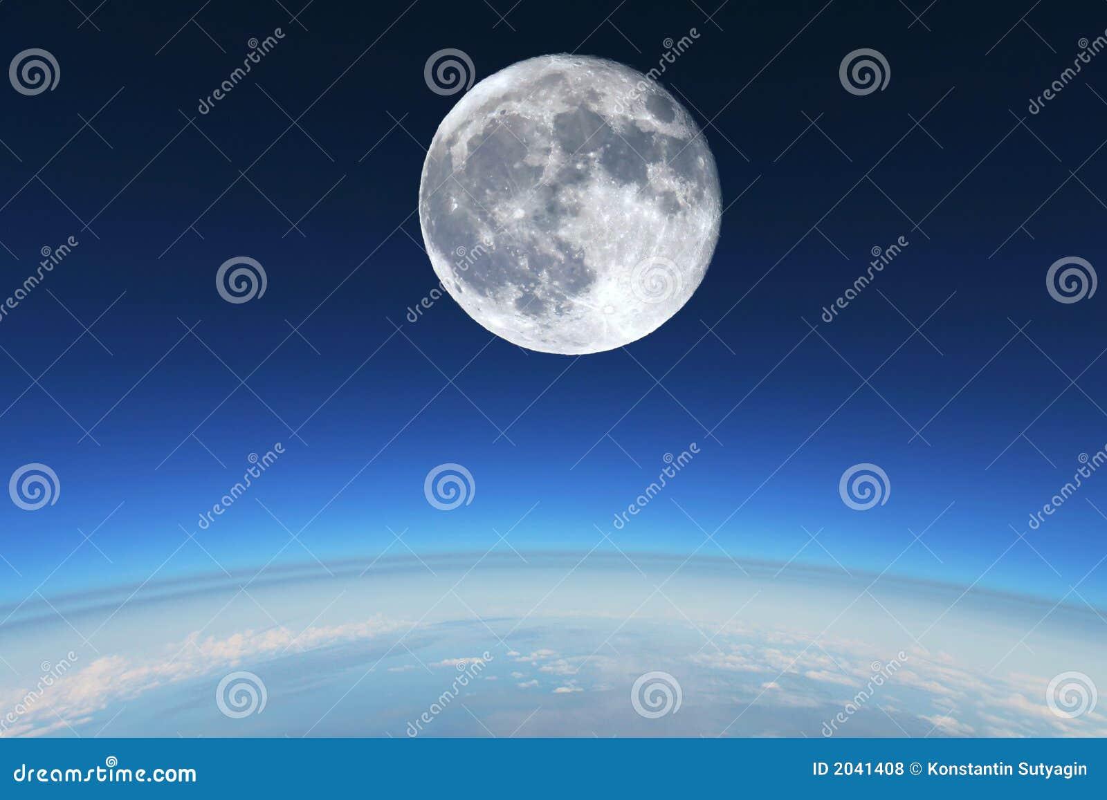 Luna piena sopra la stratosfera della terra