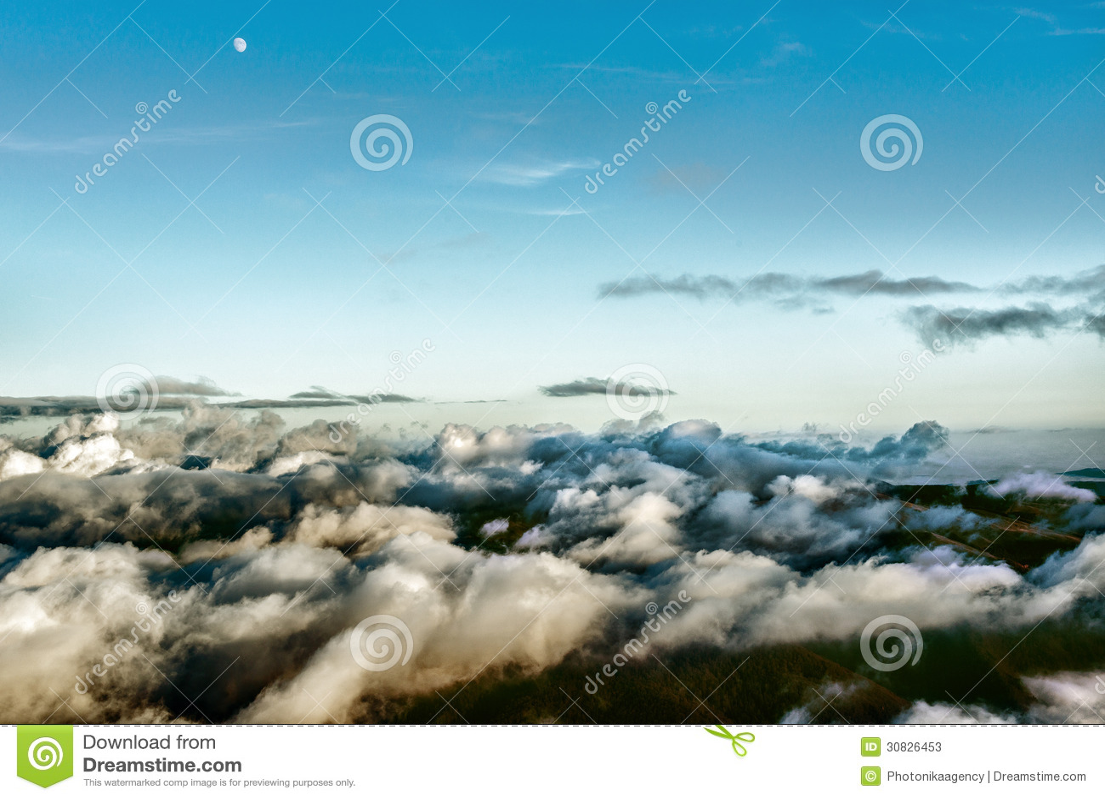 Luna sopra le montagne coperte in nuvole