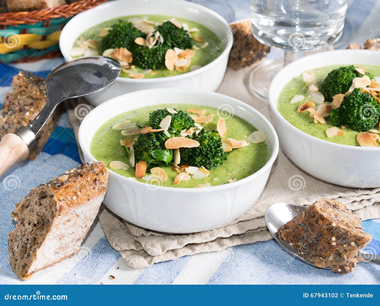 Lunch met broccolisoep