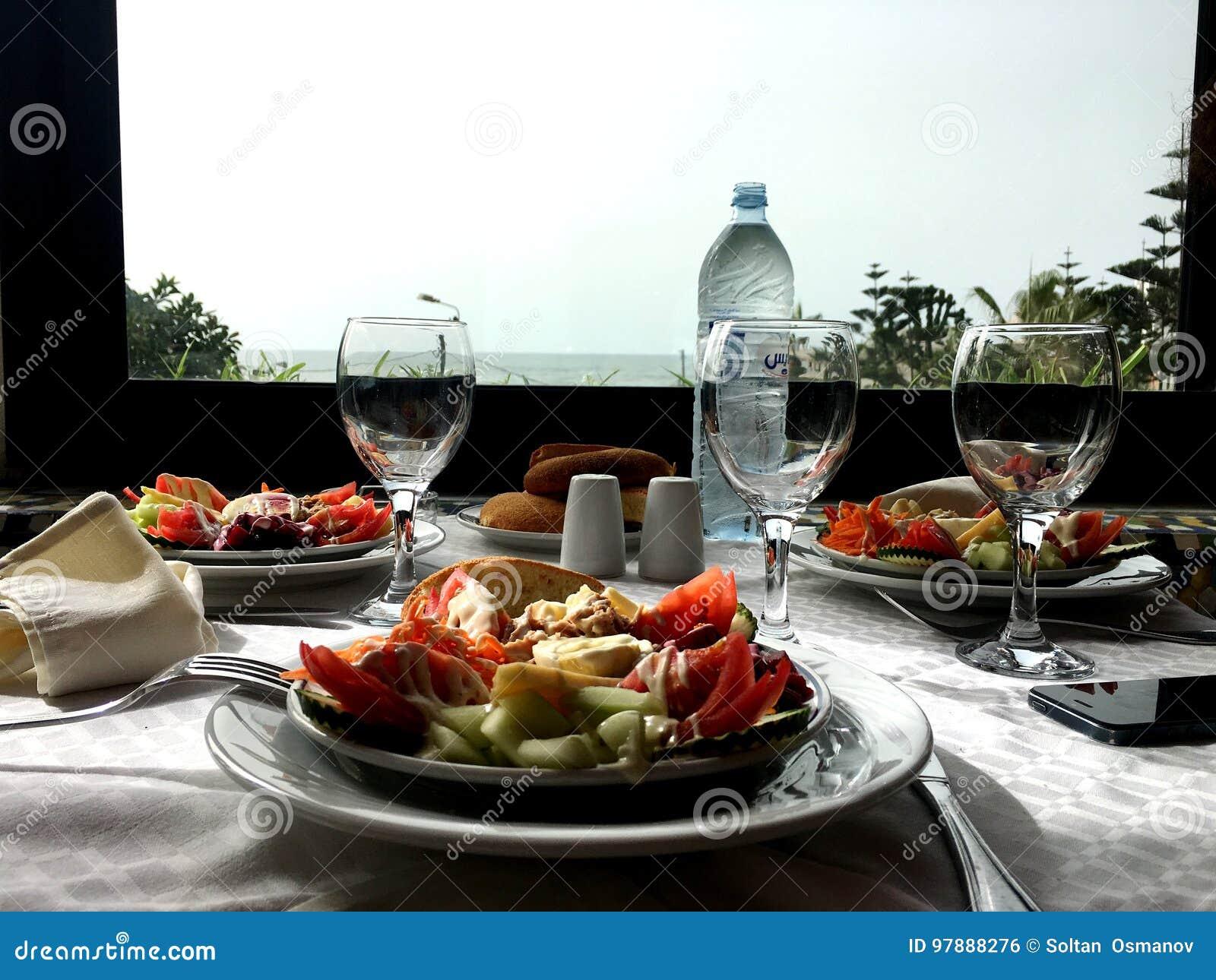 Lunch på en restaurang på havet lunchmat, lunch på stranden,