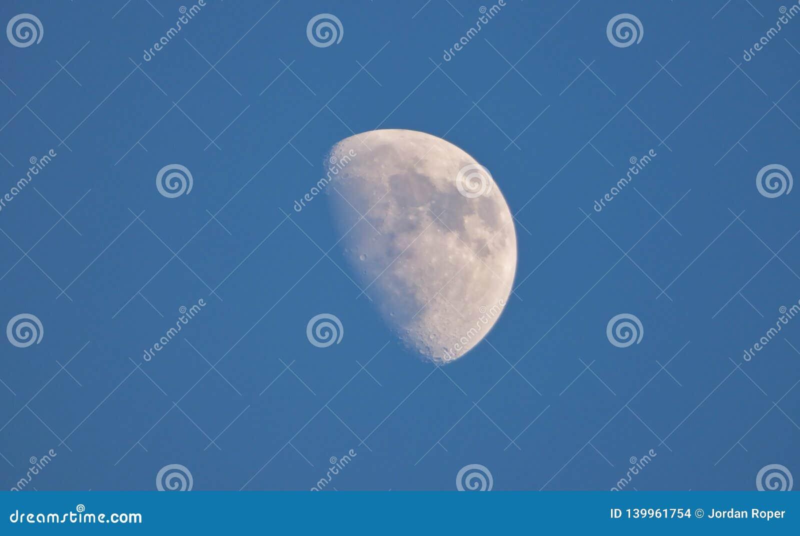 Lune haute étroite avec le ciel bleu - R-U