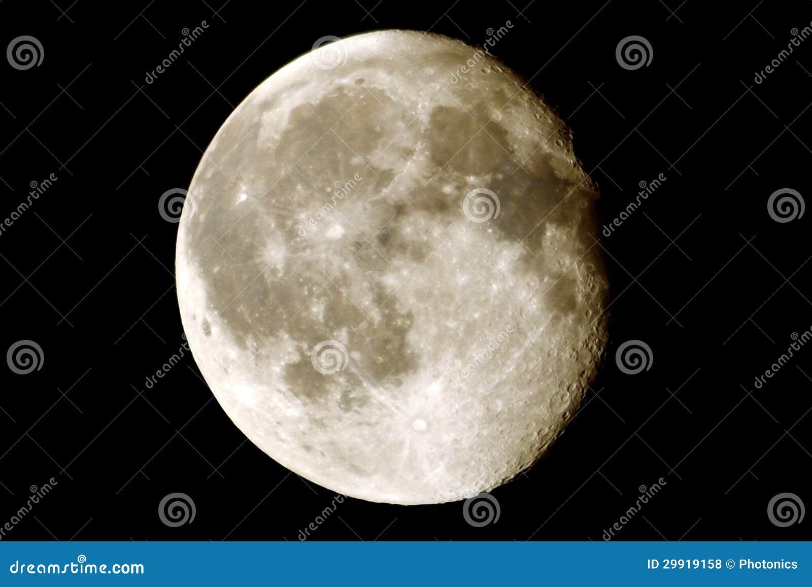 Lune avec des cratères