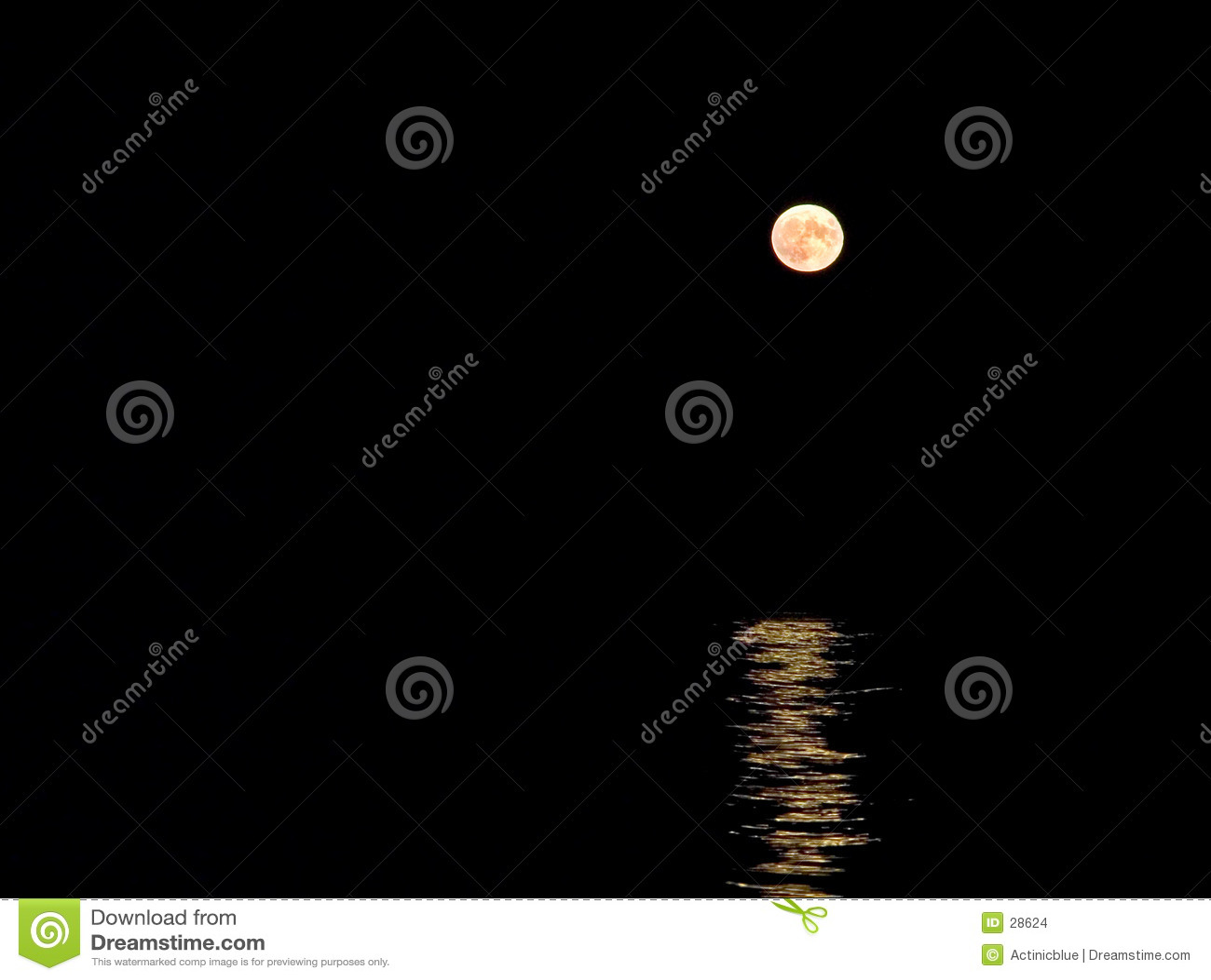 Lune se levant au-dessus de la mer
