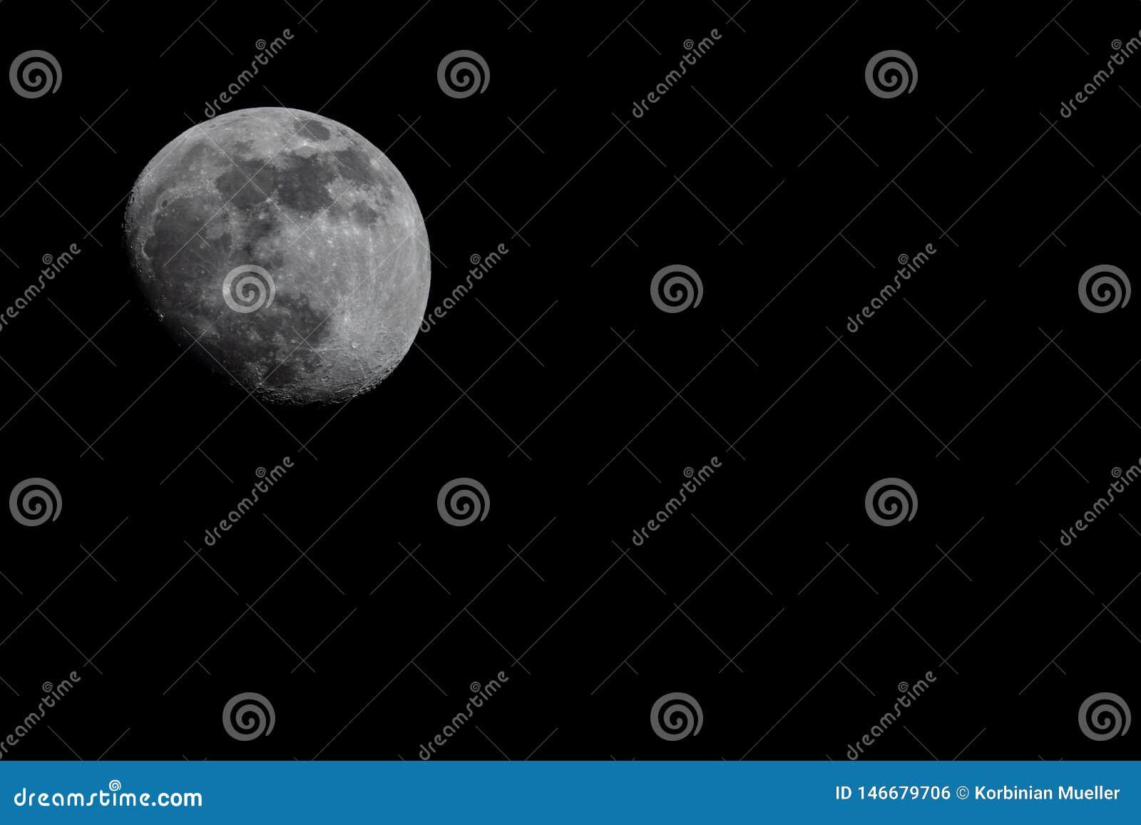 Lune sur le dessus gauche, nuit ?clair?e par la lune