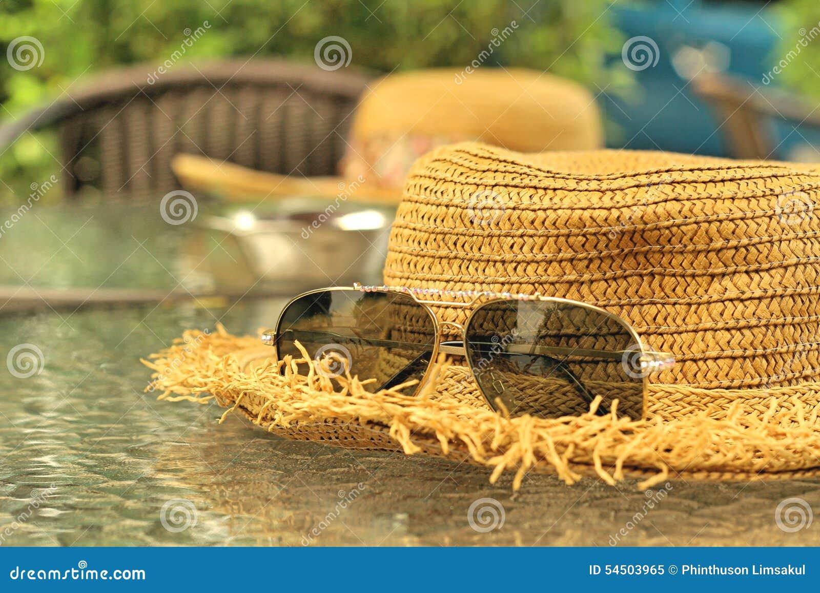 Lunettes de soleil avec des chapeaux de paille