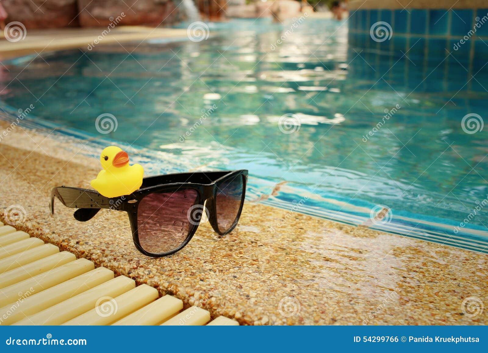 lunettes de soleil avec le canard en caoutchouc jaune la piscine photo stock image du. Black Bedroom Furniture Sets. Home Design Ideas