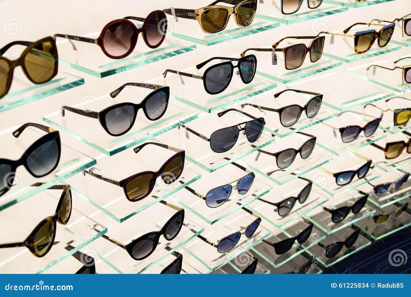 Lunettes de soleil de luxe à vendre dans l affichage de fenêtre de boutique