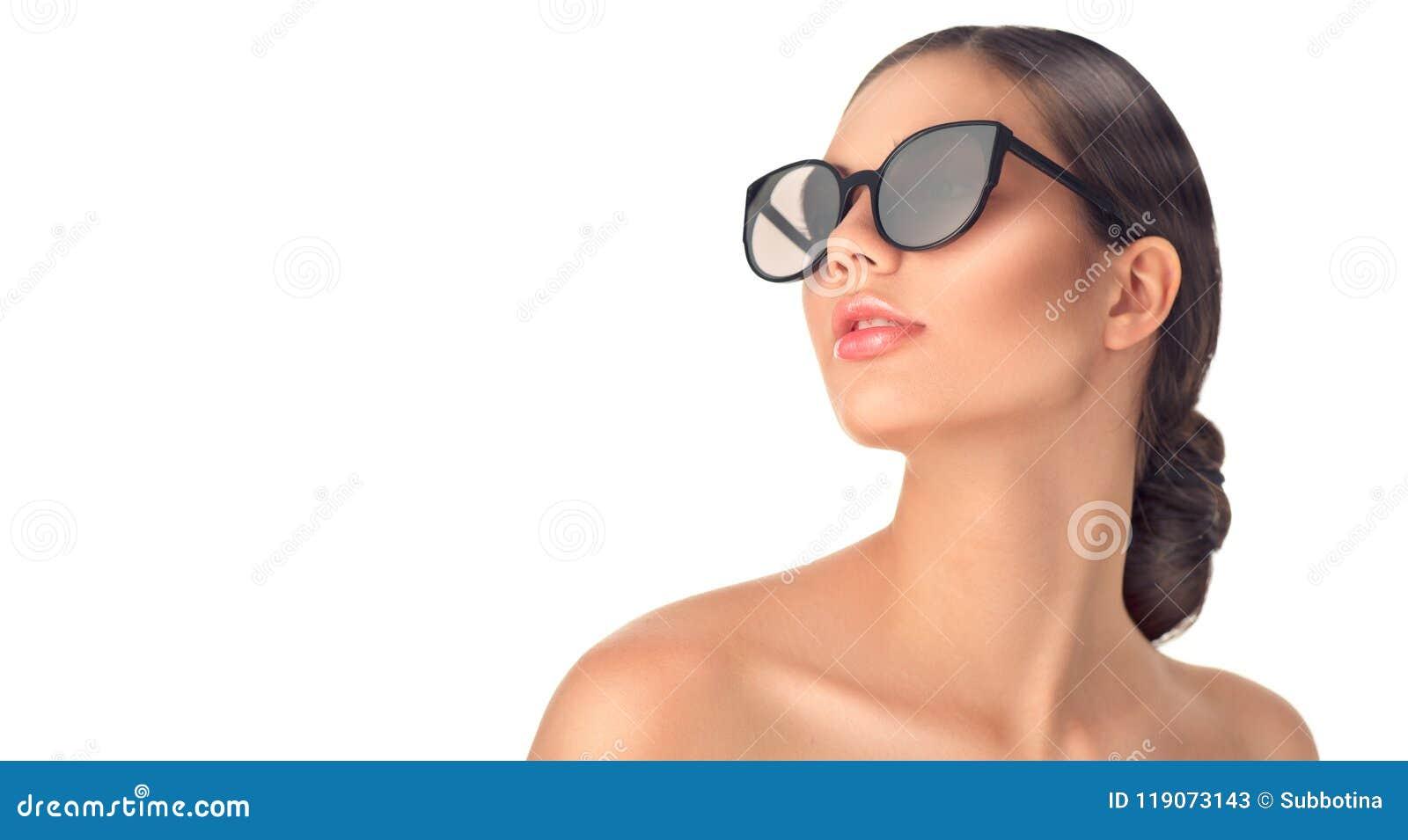 Lunettes de soleil de port de fille de mannequin de beauté Belle verticale de femme au-dessus de blanc