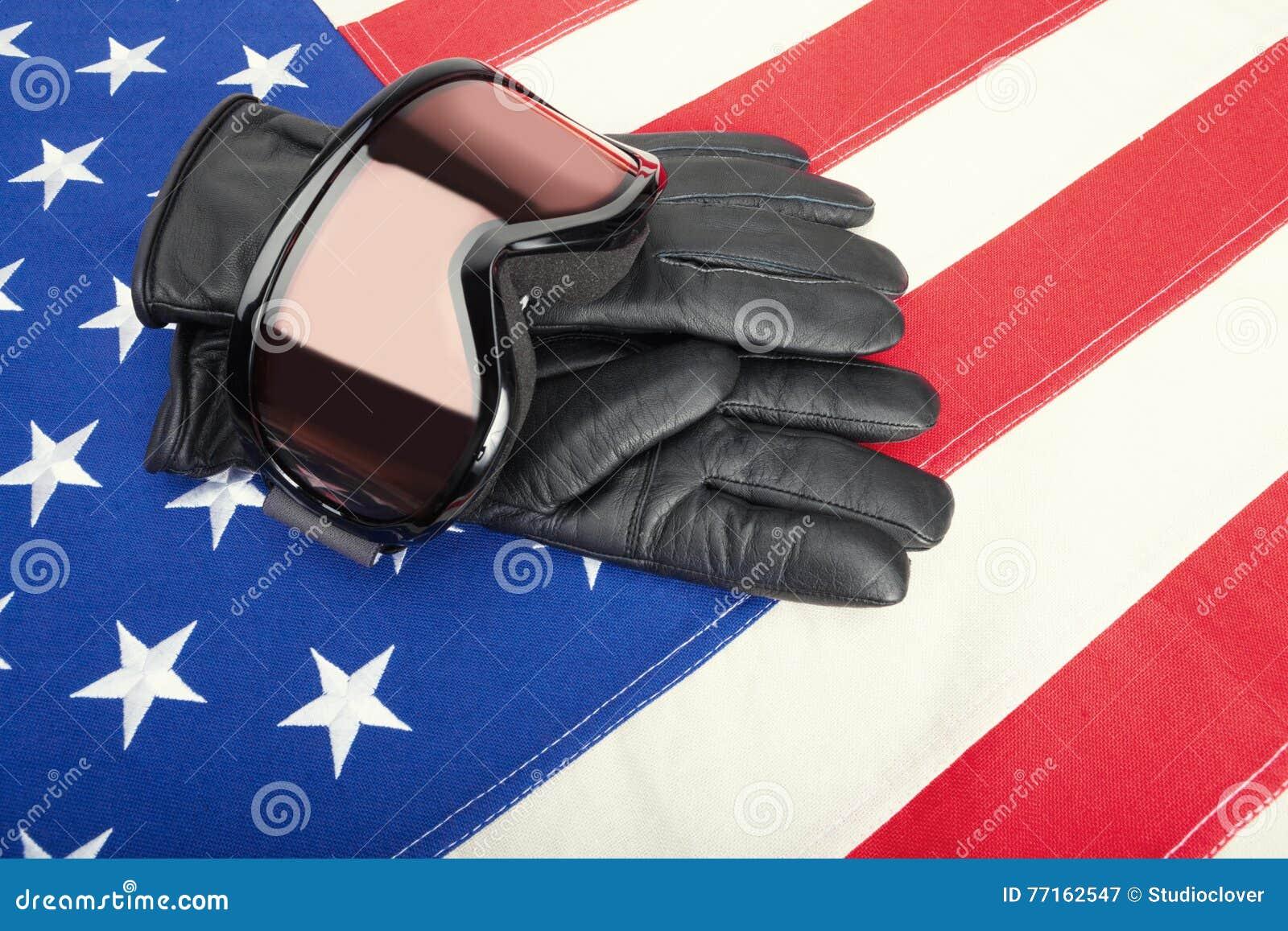 Lunettes et gants de ski au-dessus de drapeau des Etats-Unis