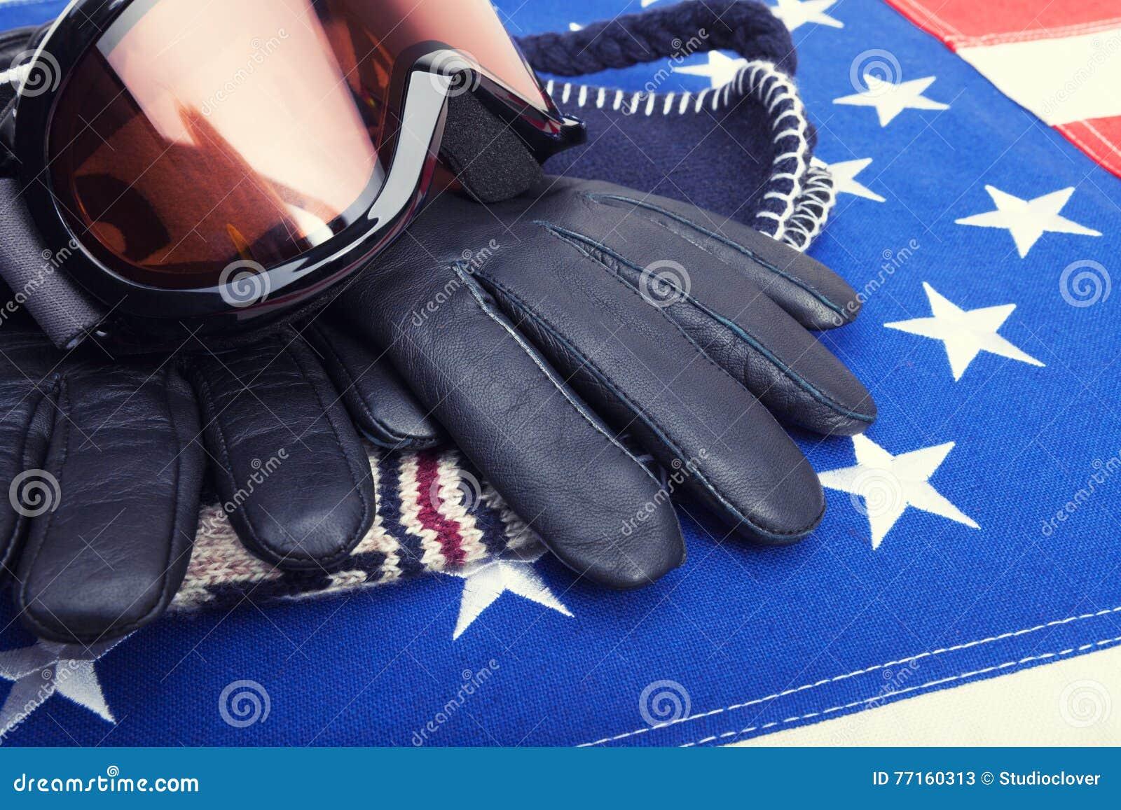 Lunettes et gants de ski au-dessus de drapeau des Etats-Unis - tir de studio
