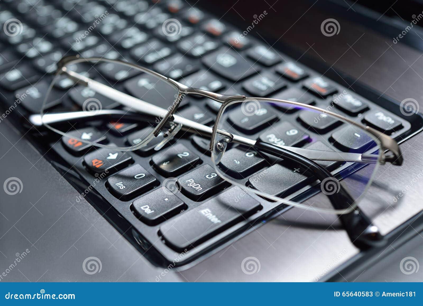 Lunettes sur le clavier
