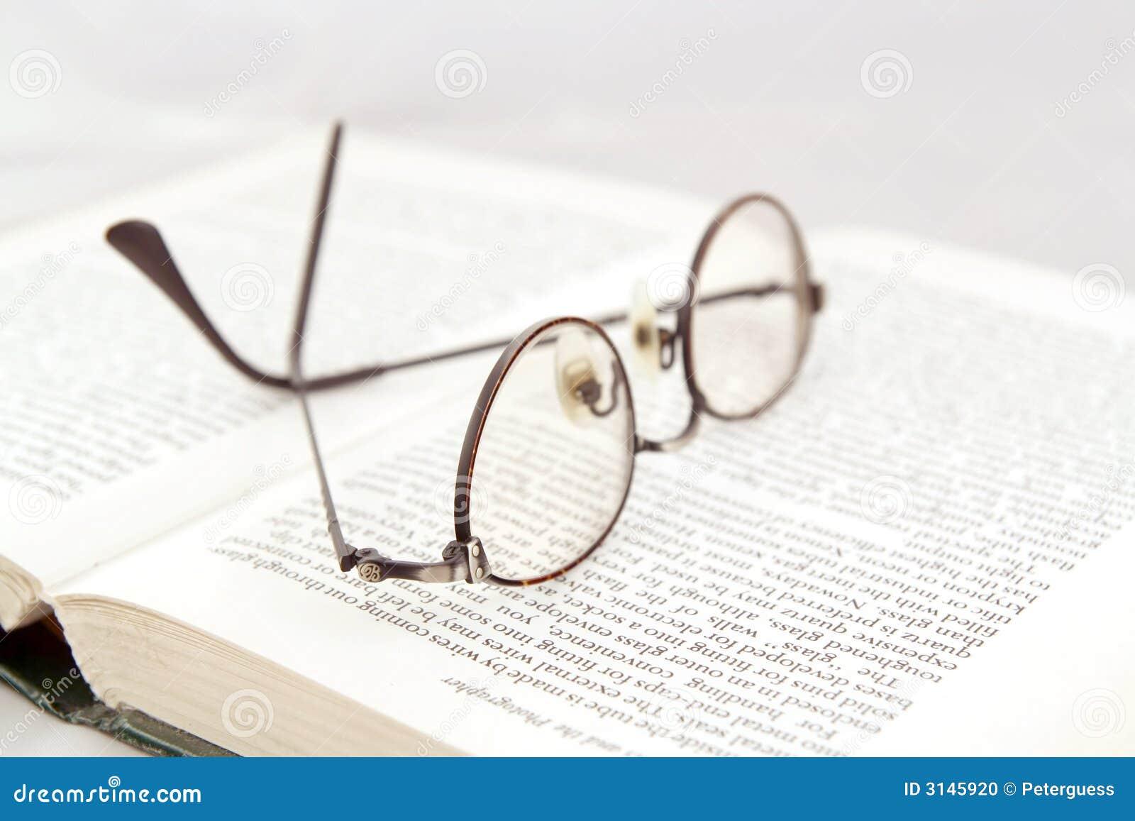 Lunettes sur le livre ouvert