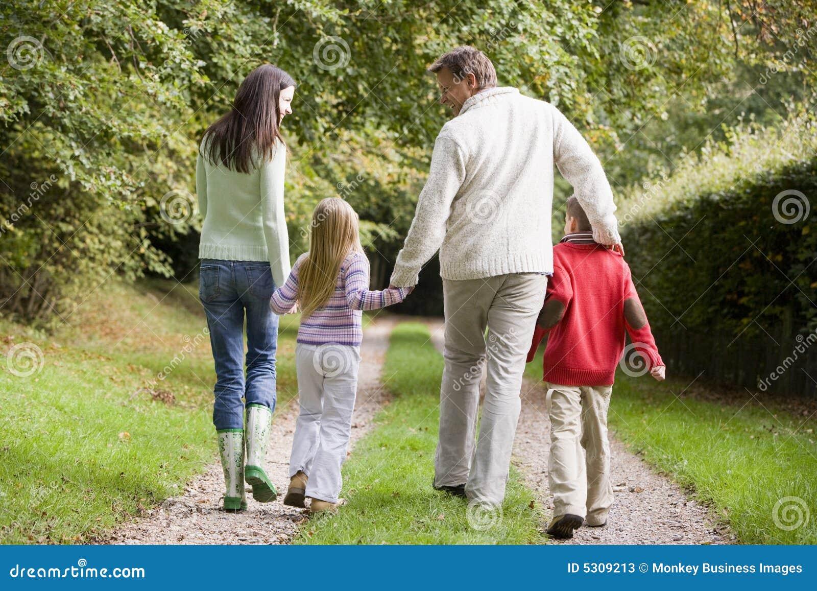 Download Lungo Camminare Di Vista Della Pista Della Parte Posteriore Della Famiglia Immagine Stock - Immagine di padre, fogli: 5309213
