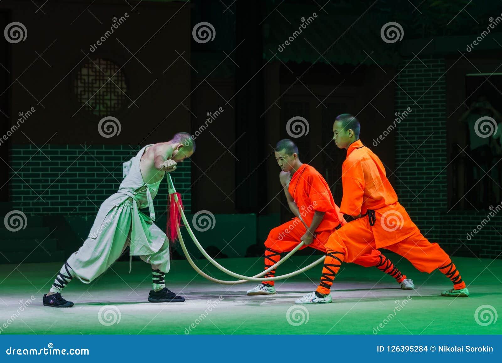 Luoyang Chiny, Maj, - 17, 2018: Kung fu przedstawienie w Shaolin monasterze