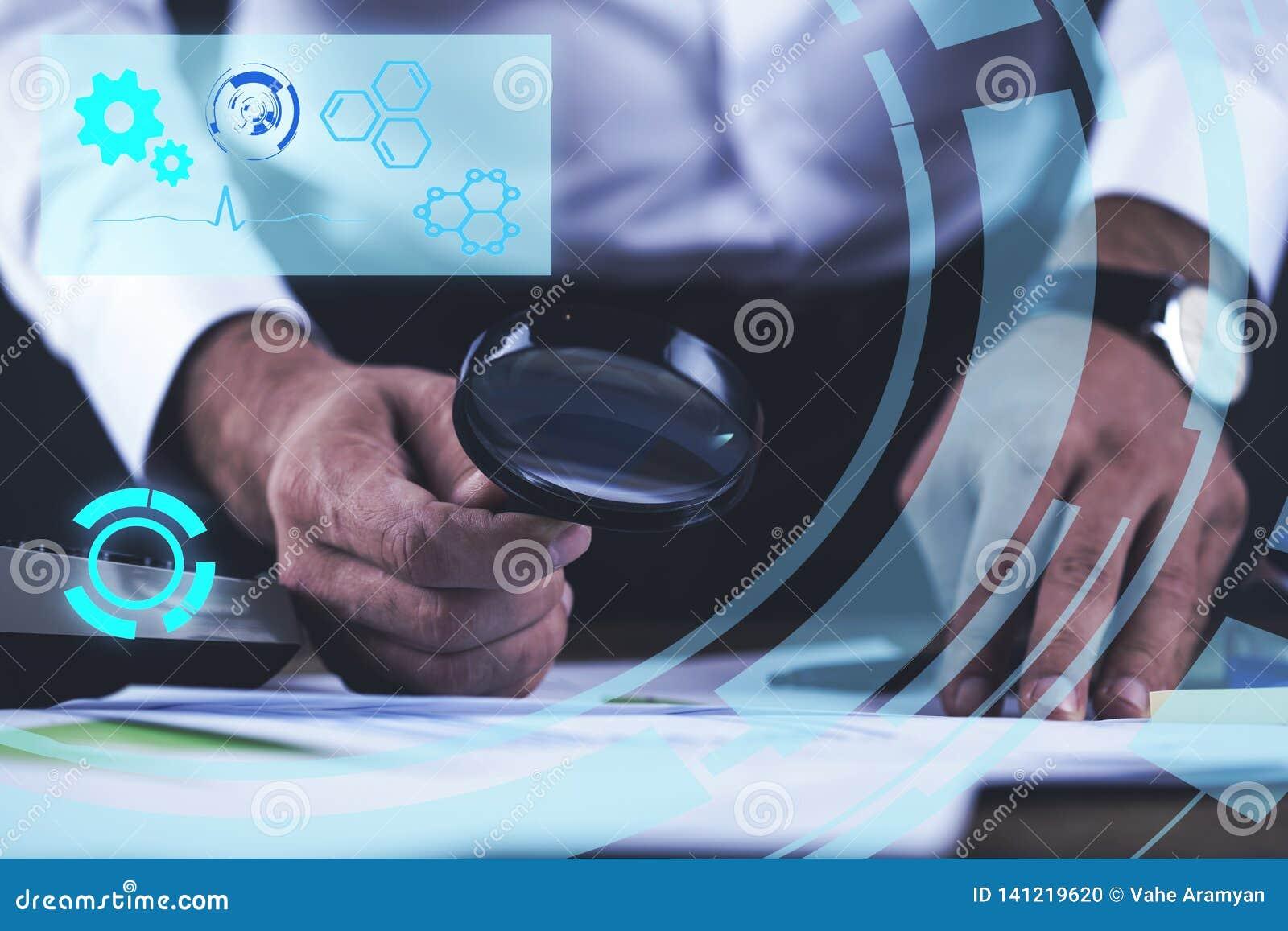 Lupa de la mano del hombre con el documento
