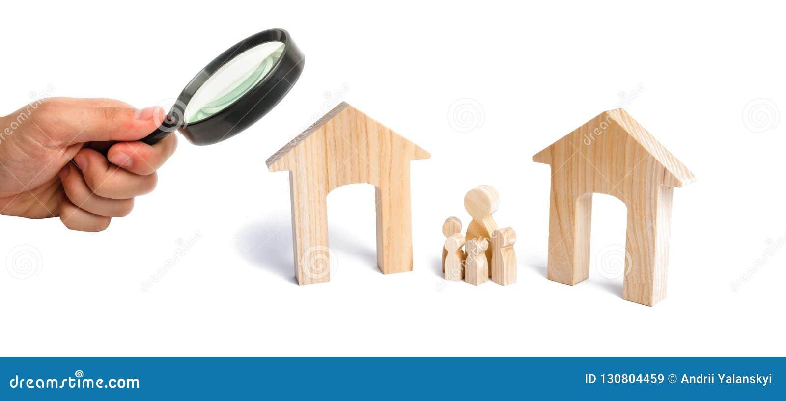 A lupa está olhando a família com crianças está entre duas casas a designação da família futura