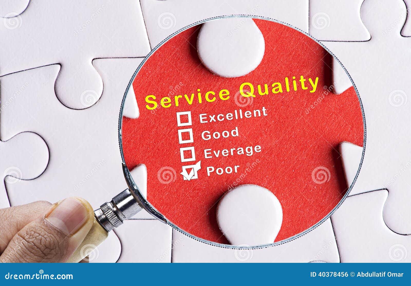 Lupa que centra-se sobre a avaliação pobre da qualidade do serviço