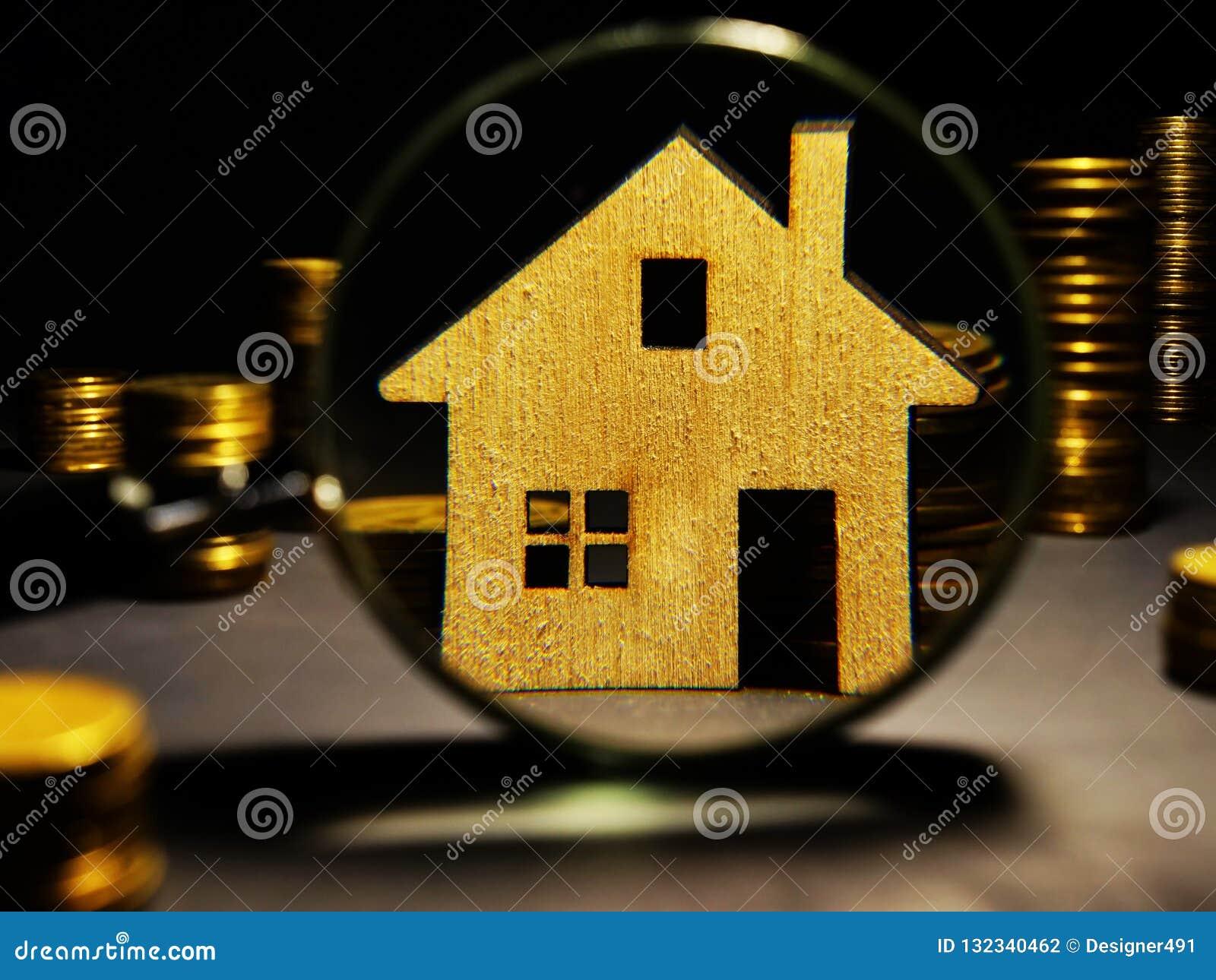 Lupa y modelo de la casa Evaluación de la inversión de la propiedad