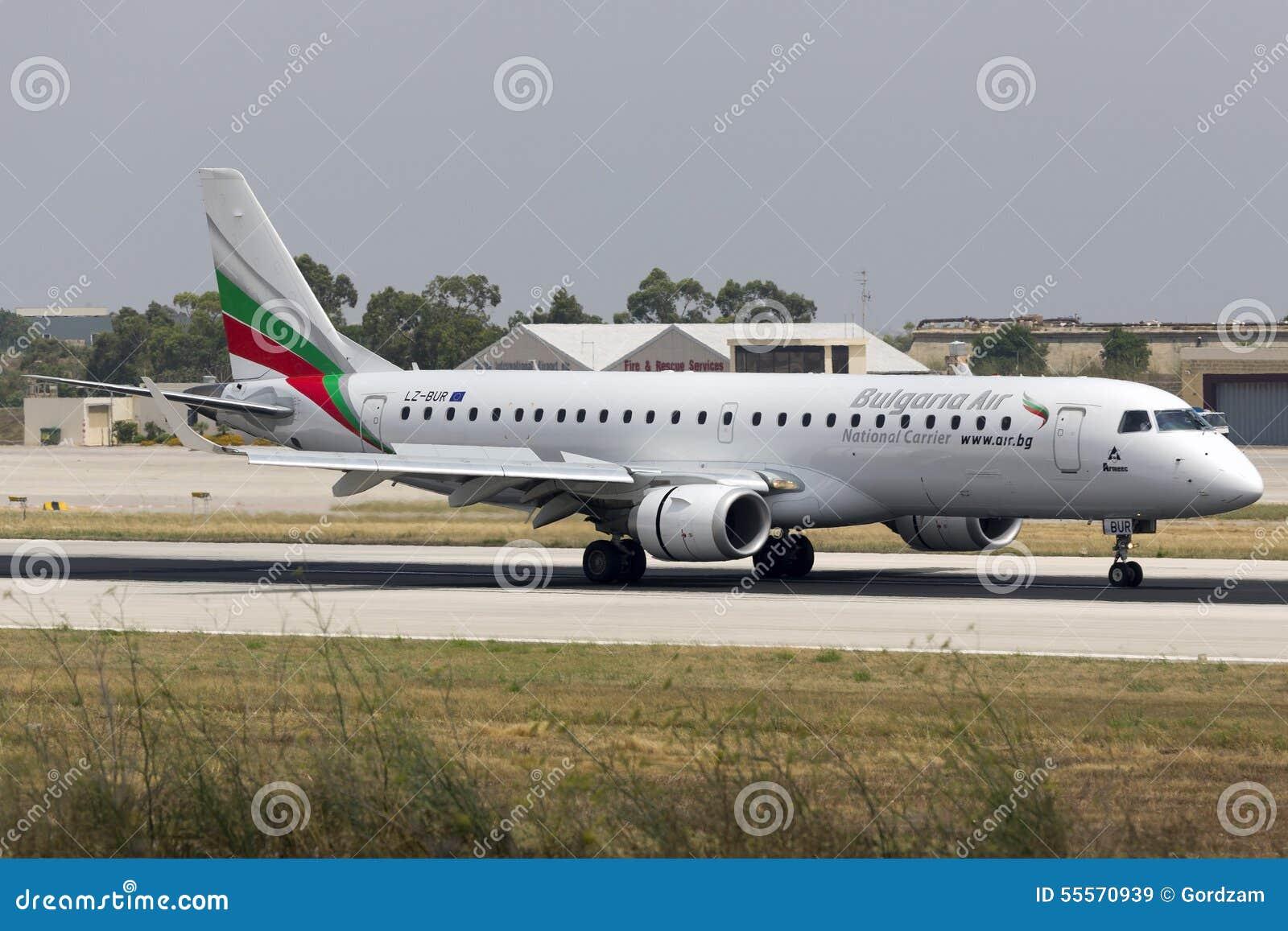 Luqa, Malta 13 de junho de 2015: Aterrissagem do avião de passageiros