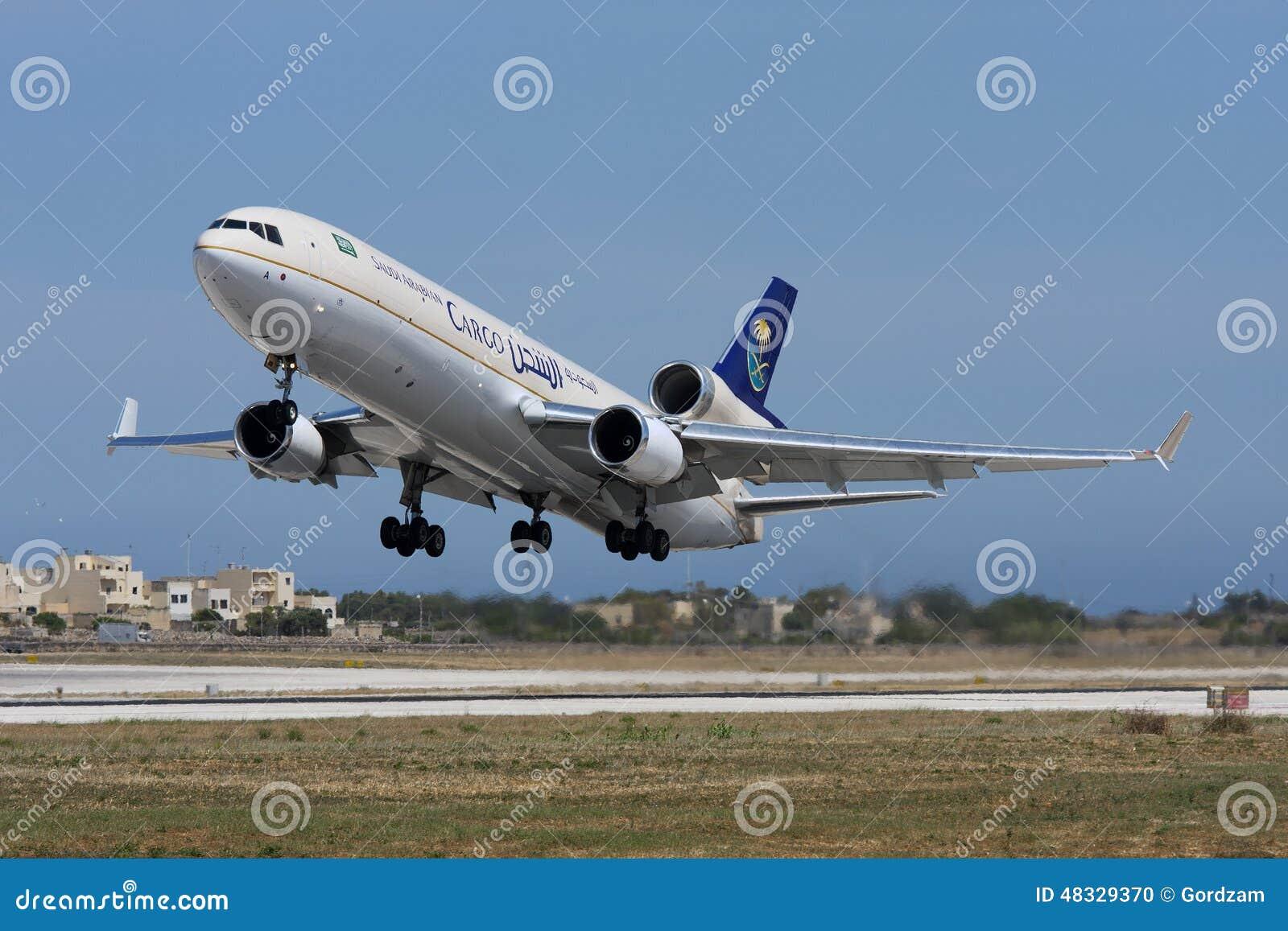 LUQA, MALTA 30 de mayo de 2008: El cargo McDonnell Douglas MD-11F de Saudi Arabian Airlines saca