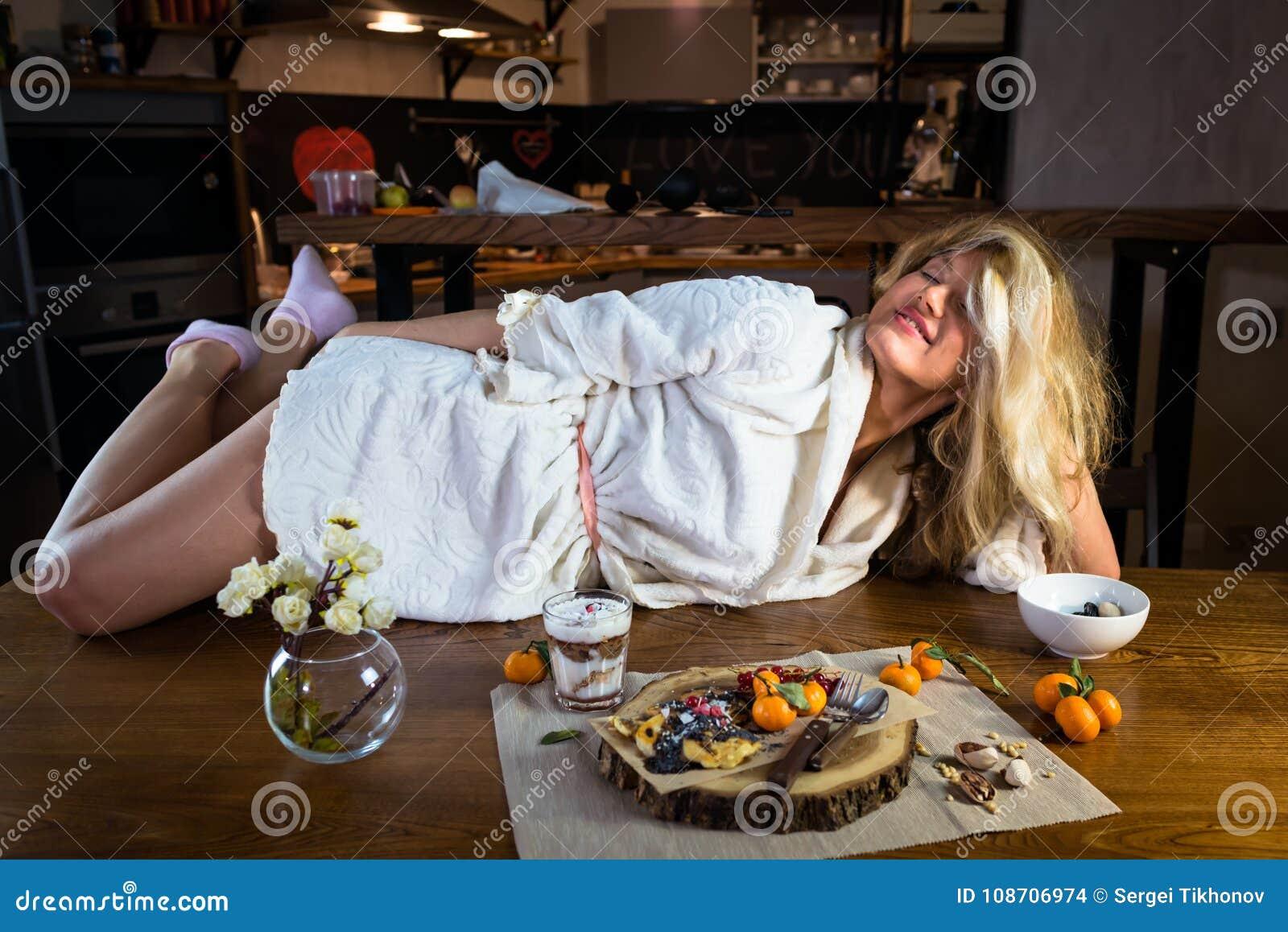 Lustige Blondine Im Bademantel Liegt Auf Dem Tisch Mit ...