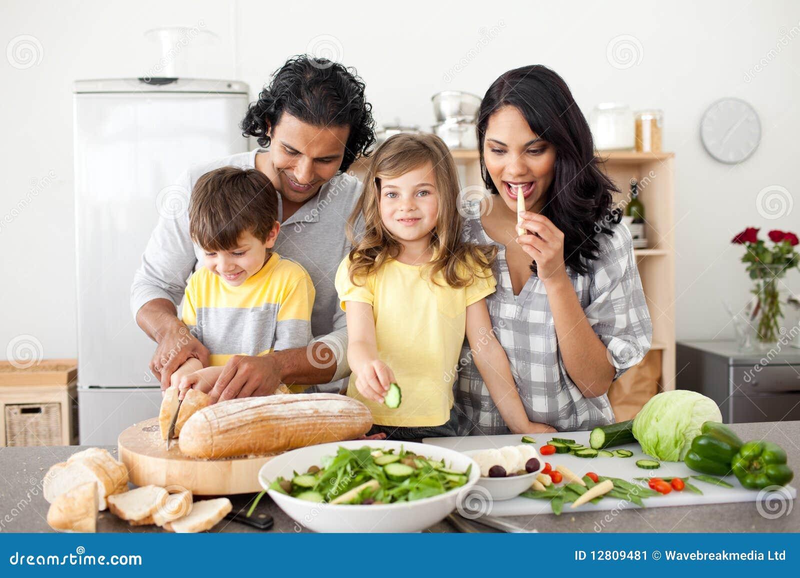 lustige familie die zusammen das mittagessen in das kitch. Black Bedroom Furniture Sets. Home Design Ideas