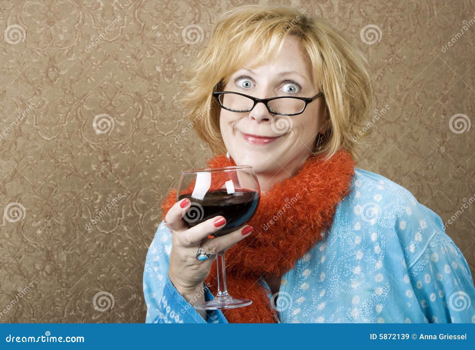 Lustige Frauen-trinkender Wein Stockbild - Bild von