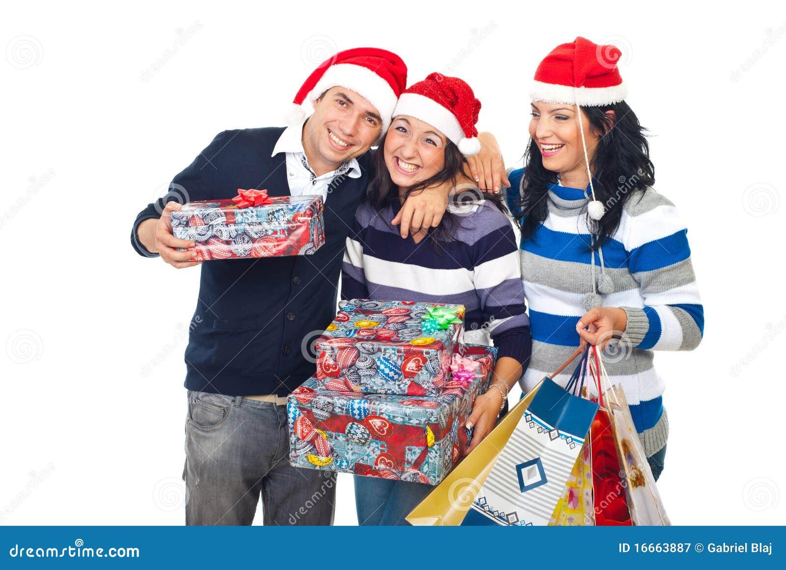 lustige freunde die weihnachtsgeschenke lachen und. Black Bedroom Furniture Sets. Home Design Ideas
