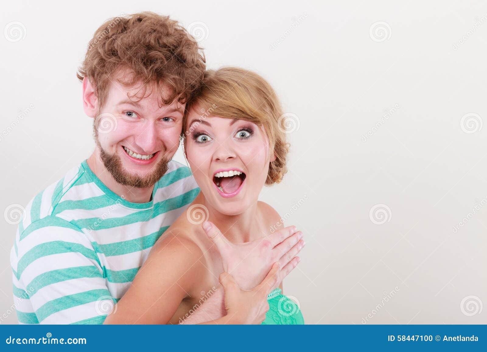 lustige junge paare die dummes gesicht machen stockfoto