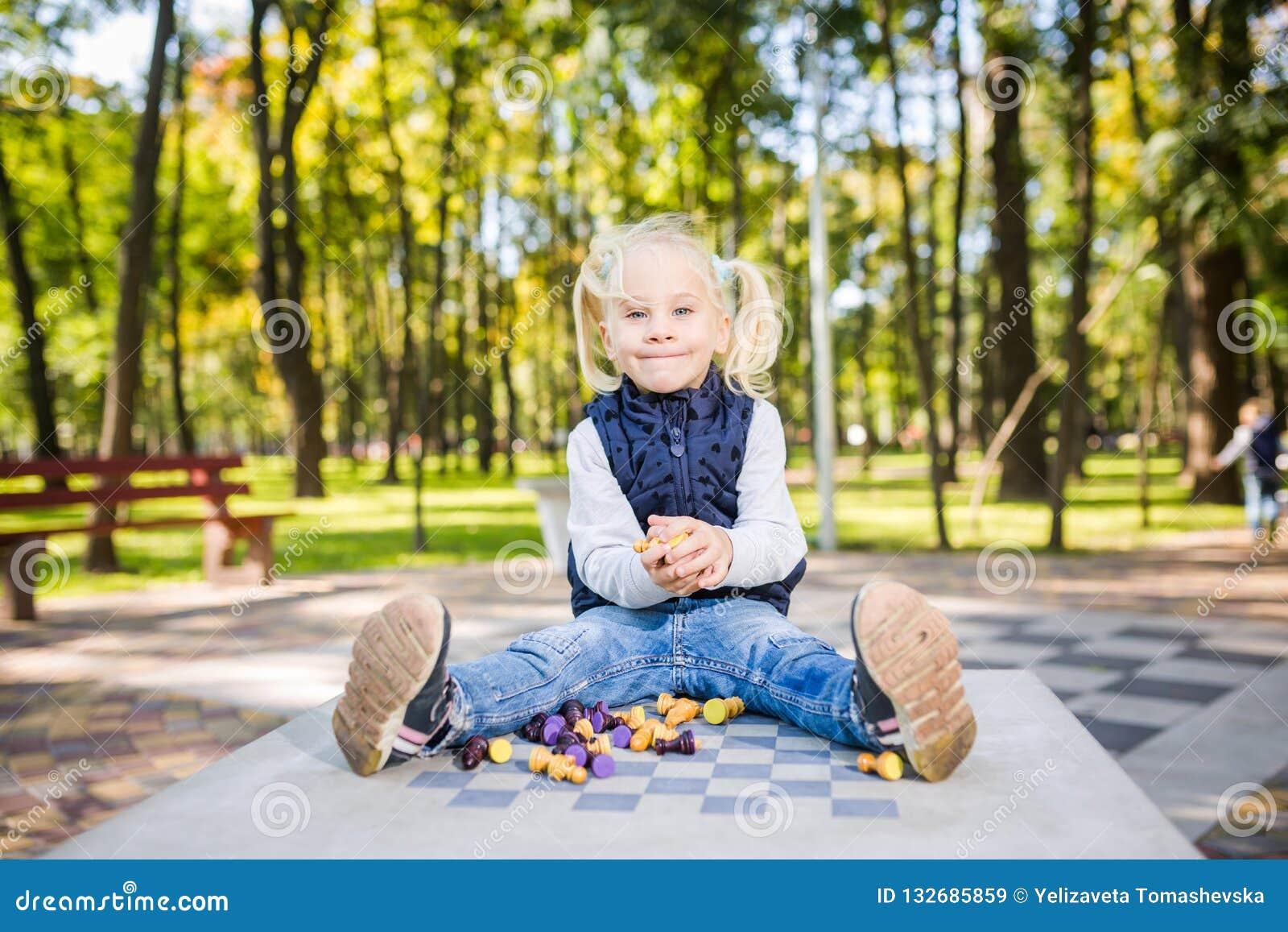 Lustige Kaukasische Babyblondine Wünscht Nicht Lernen