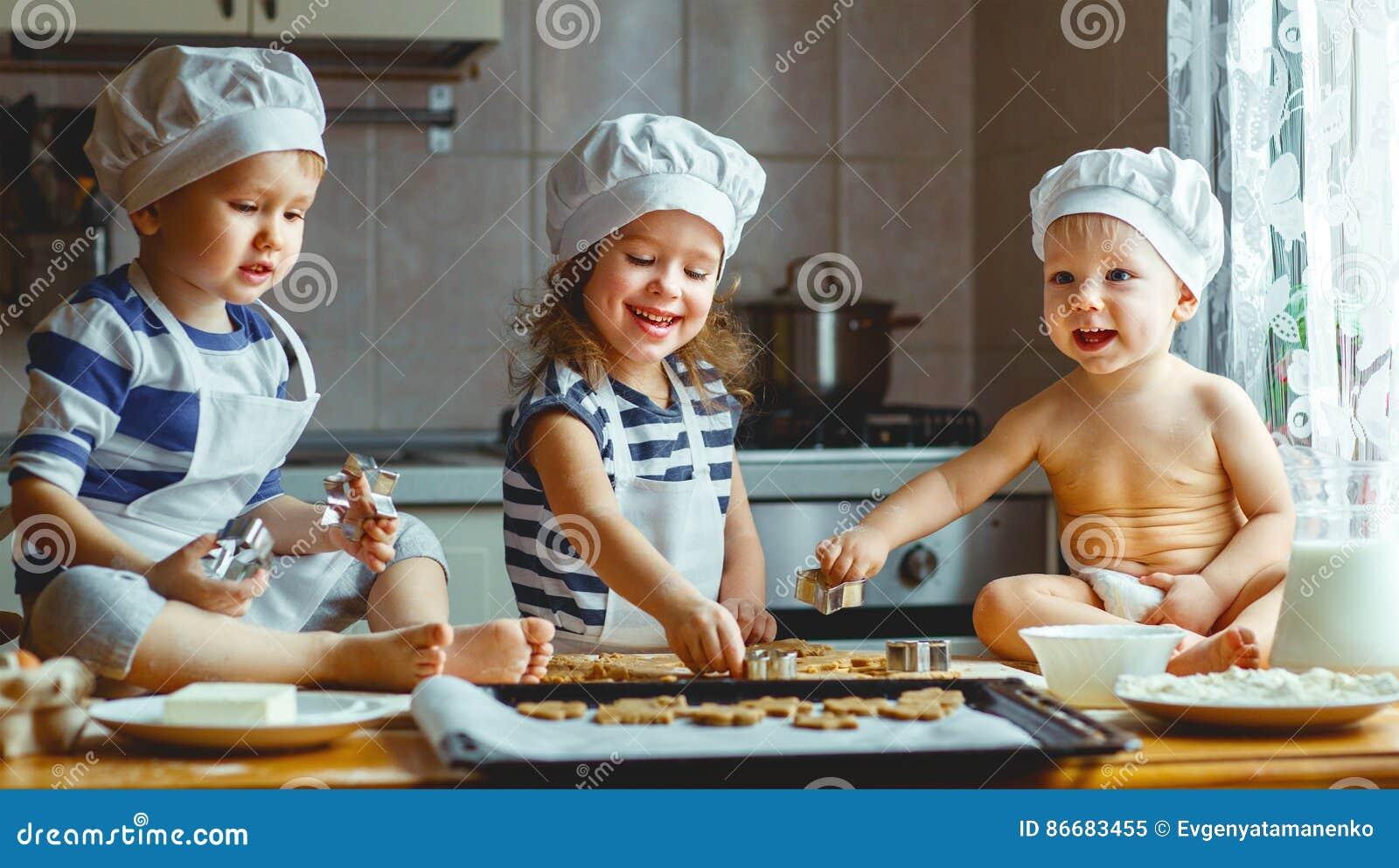 lustige kinder der gl cklichen familie backen pl tzchen in der k che stockbild bild von. Black Bedroom Furniture Sets. Home Design Ideas