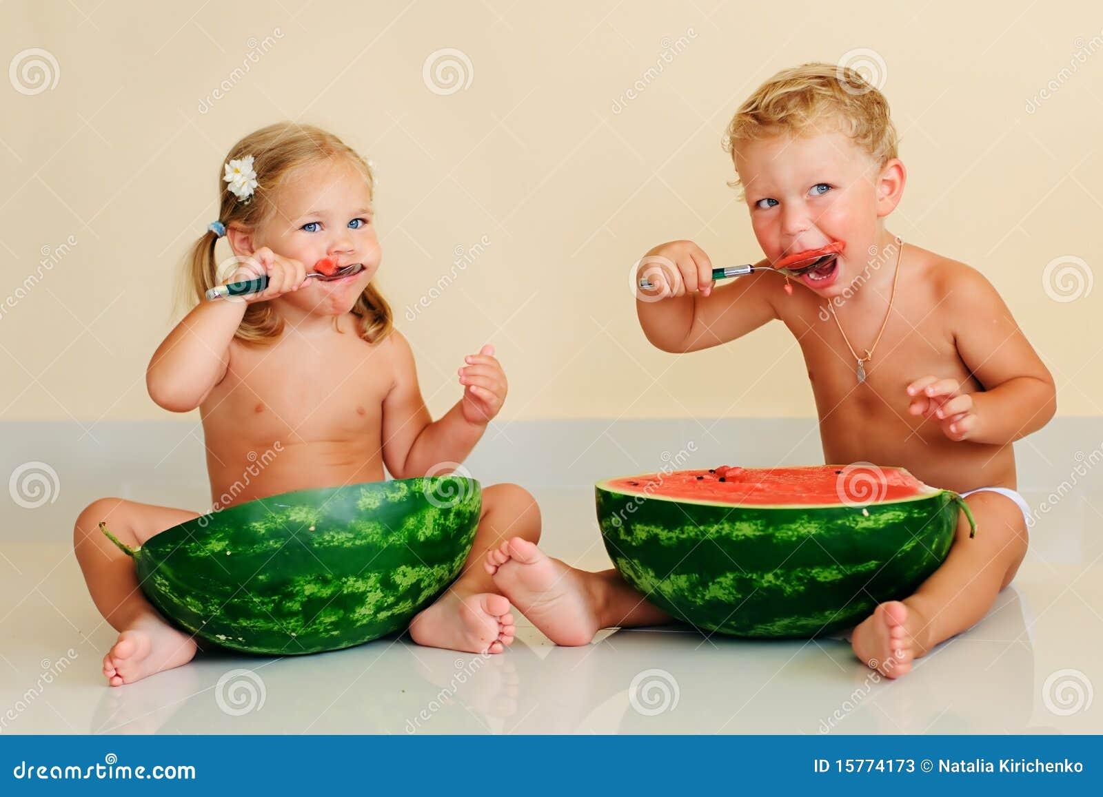 Lustige Kinder, Die Wassermelone Essen Stockfoto - Bild von zicklein ...