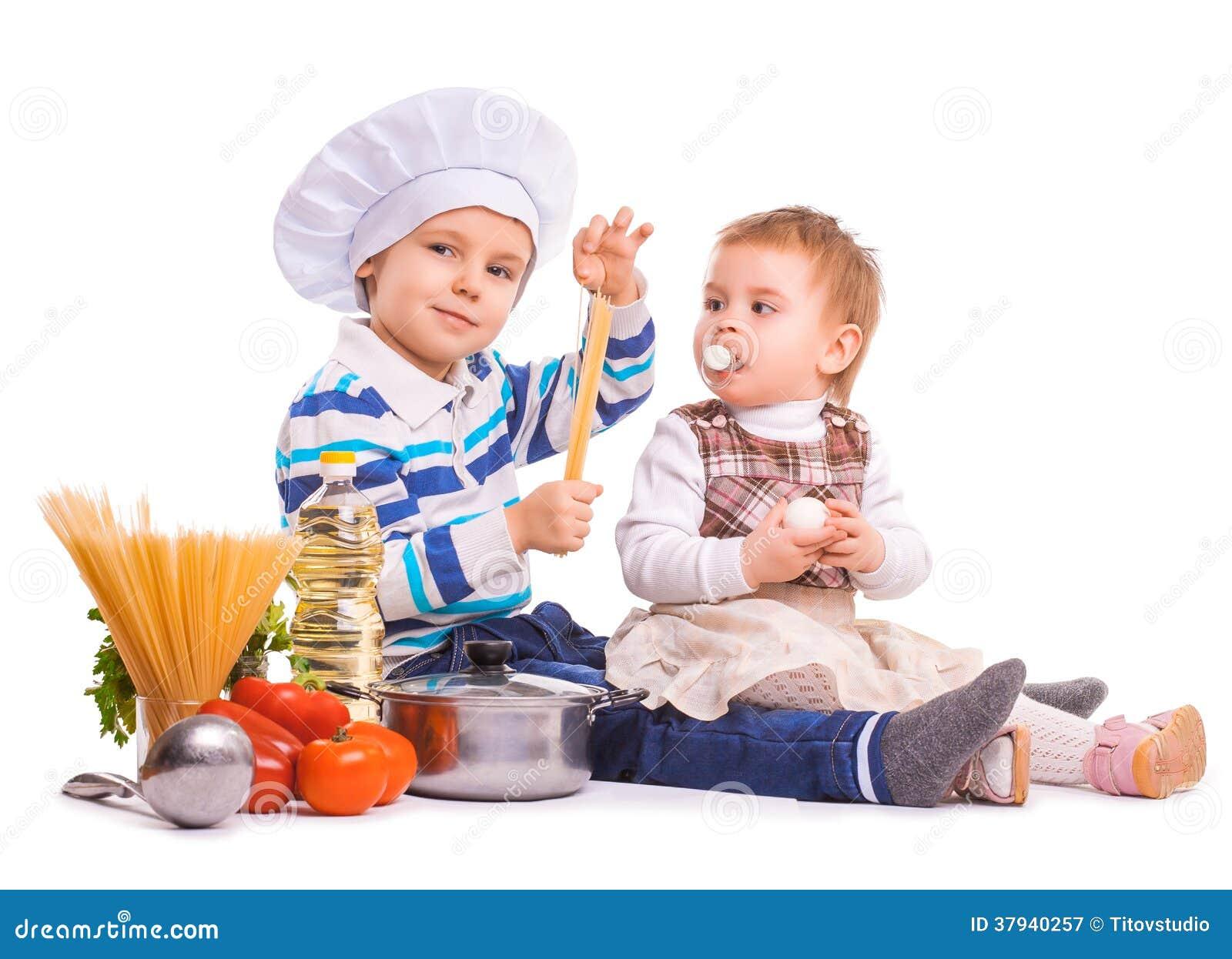 lustige kinder kochen auf der k che lokalisiert lizenzfreie stockfotografie bild 37940257. Black Bedroom Furniture Sets. Home Design Ideas