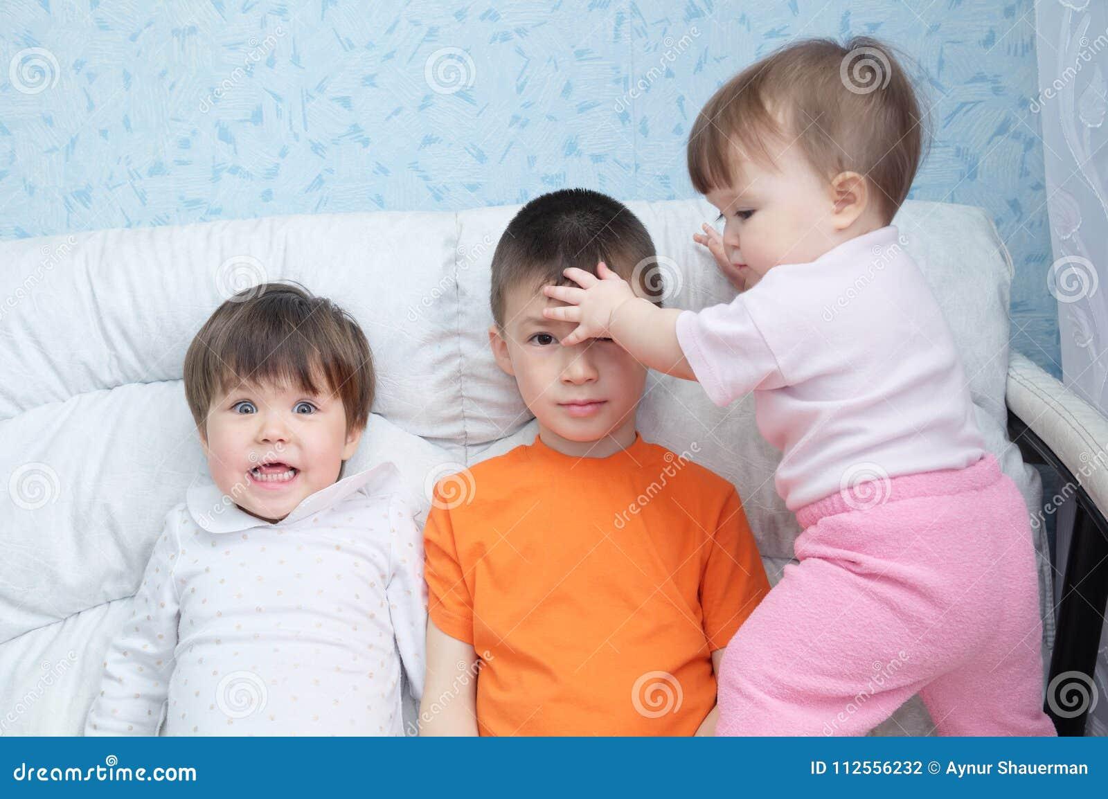 Lustige Kinder Verwirren Herum, Spielerische Glückliche Lachende ...