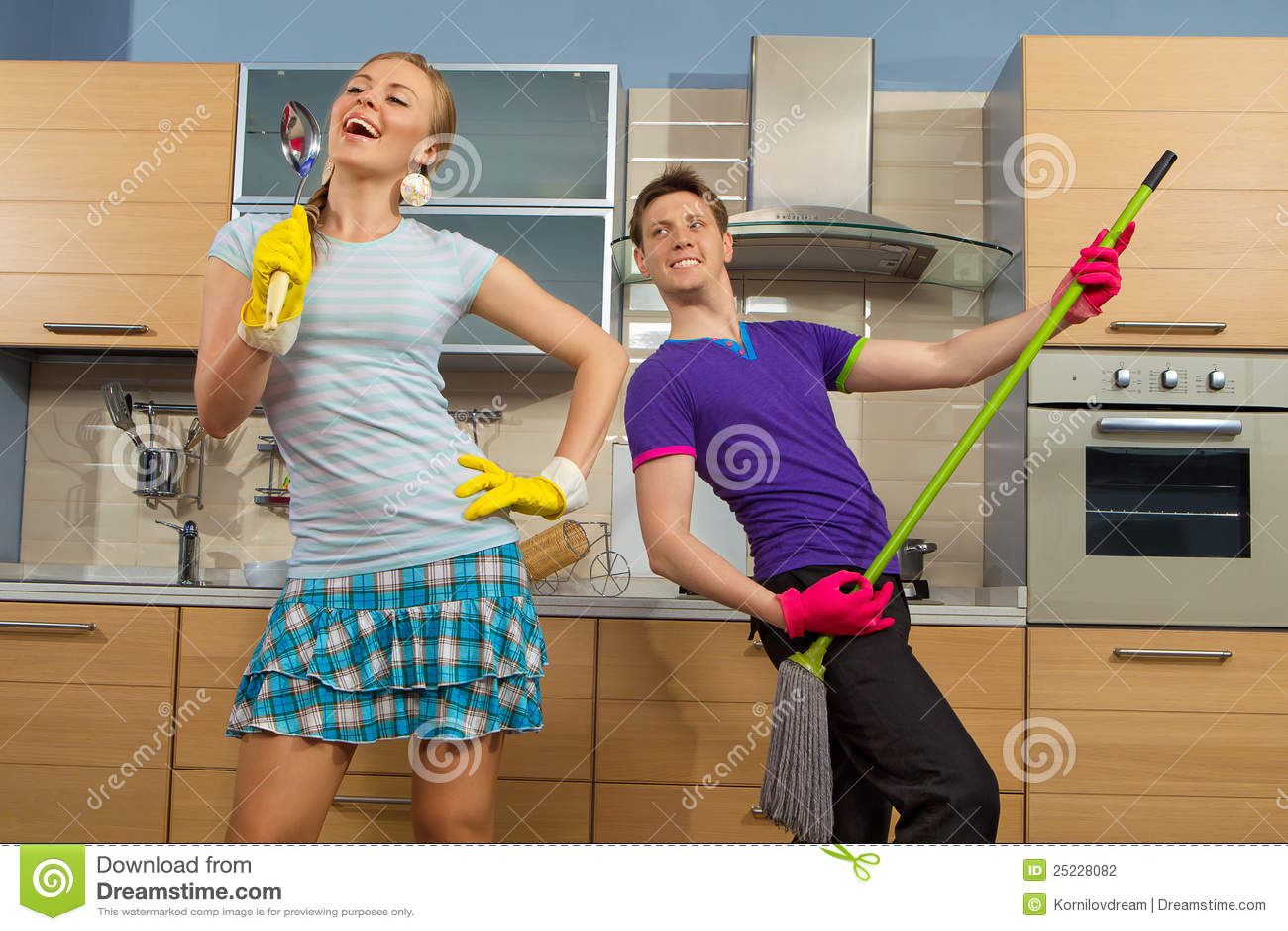 Lustige Paare auf Küche