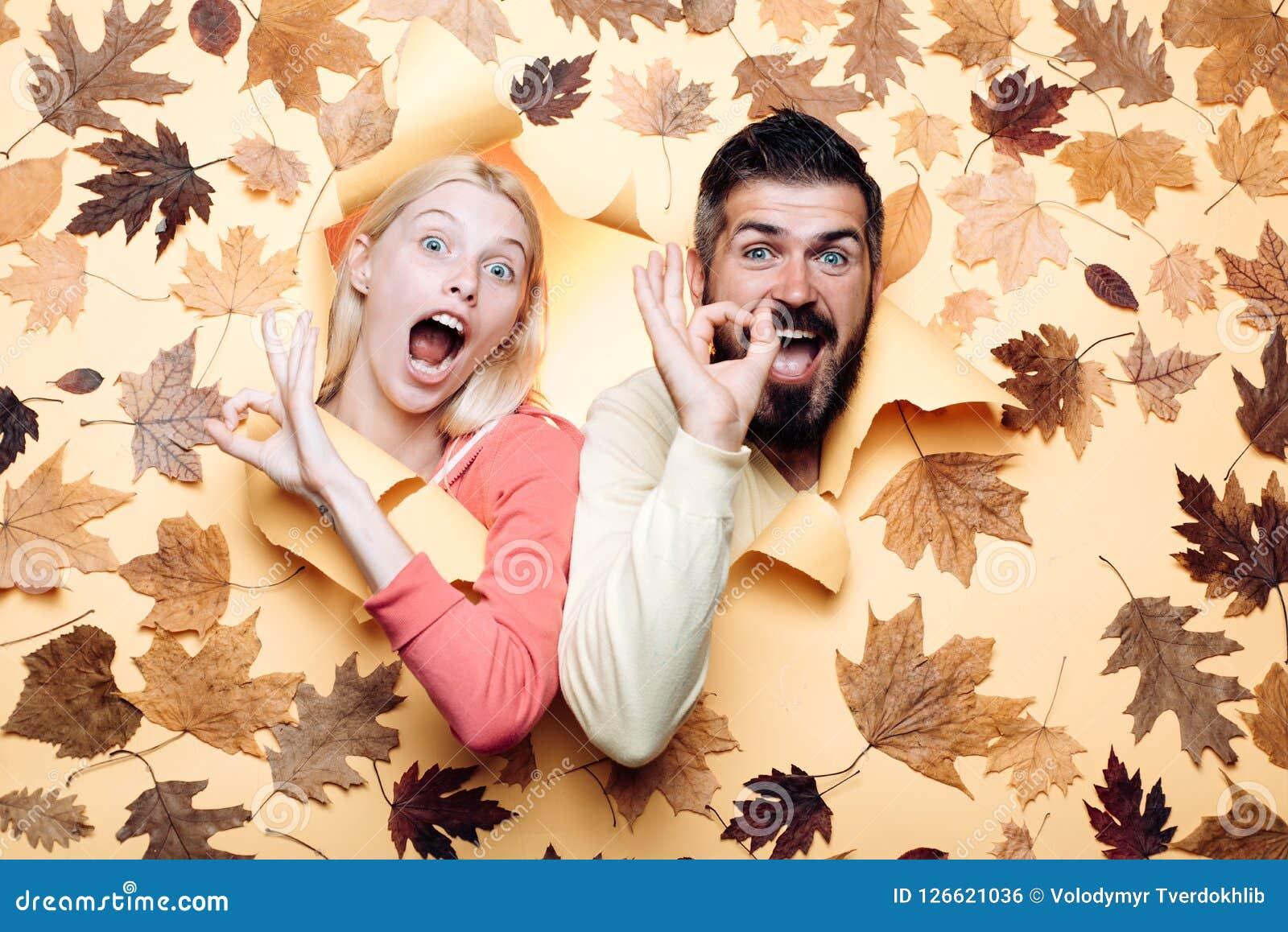 Lustige Paare werden zum Herbstverkauf fertig Lustiges fac Glückliche Familie im Herbst