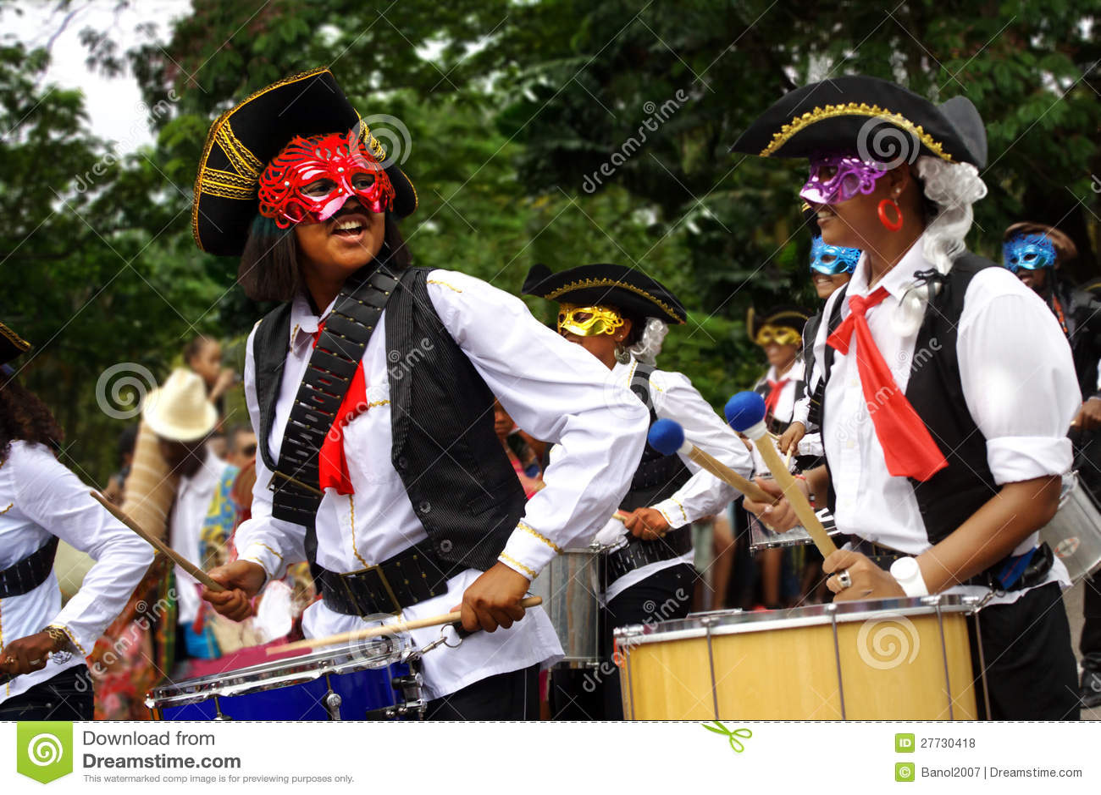 Lustige Piratenarmee mit Trommelwillkommenskarneval
