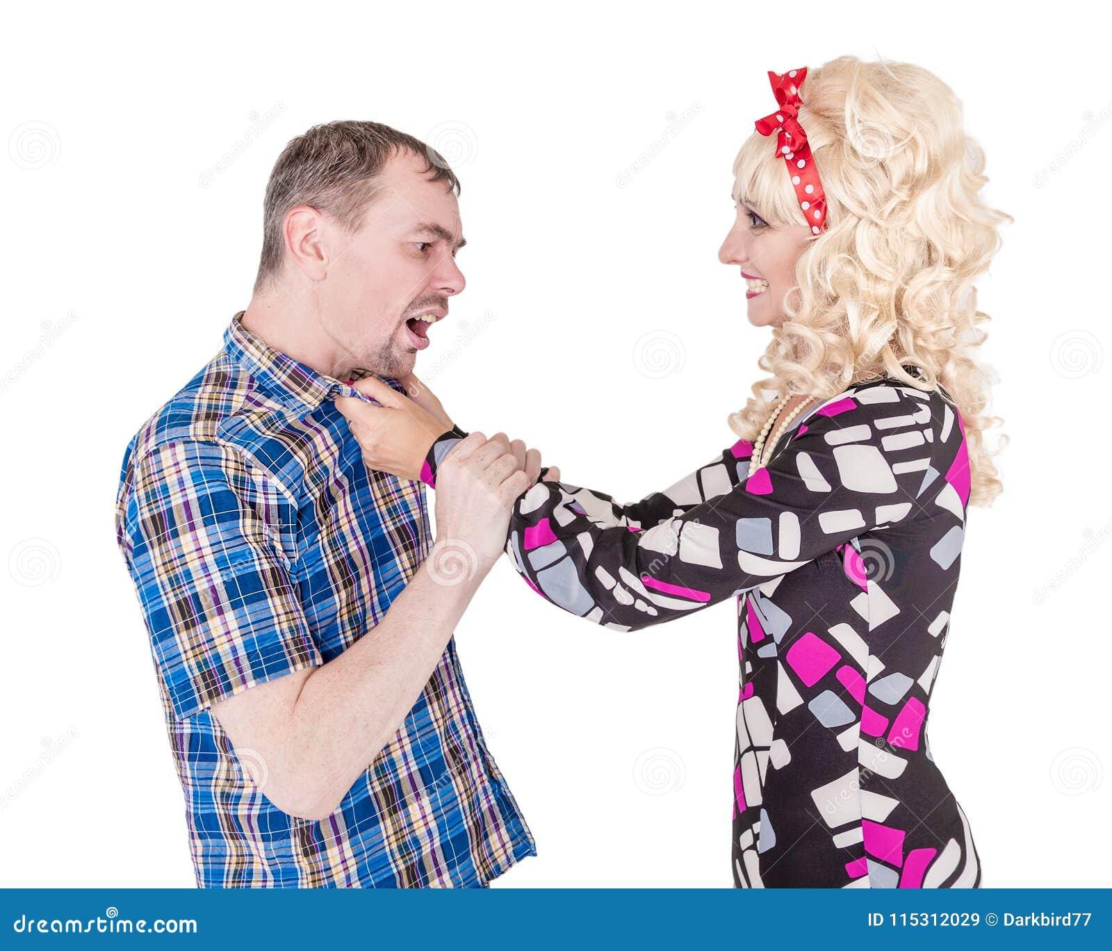 Lustige Retro- Familienpaare, die an einander kämpfen und schreien