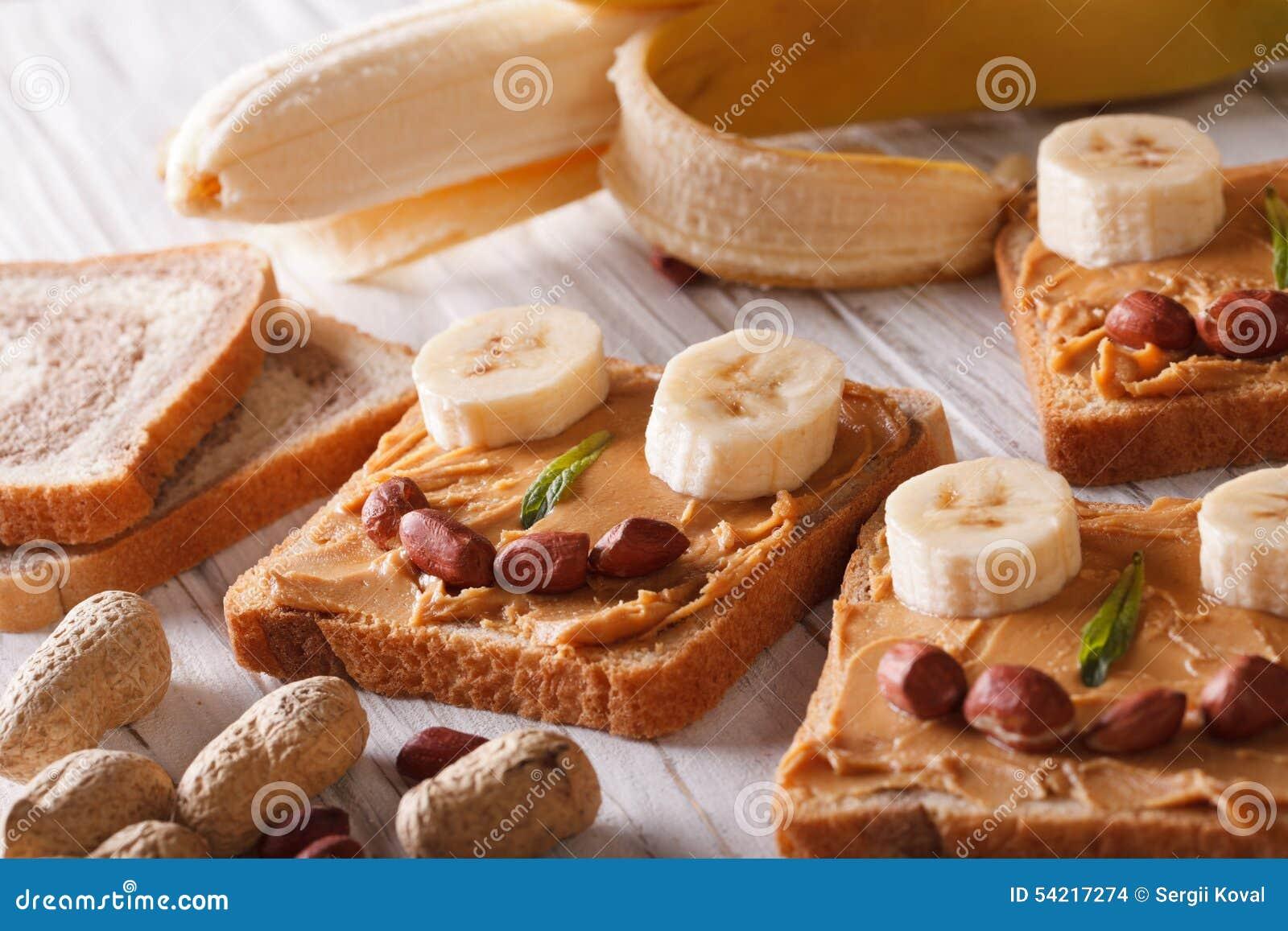 Lustige Sandwiche Mit Der Erdnussbutter Und Banane Horizontal