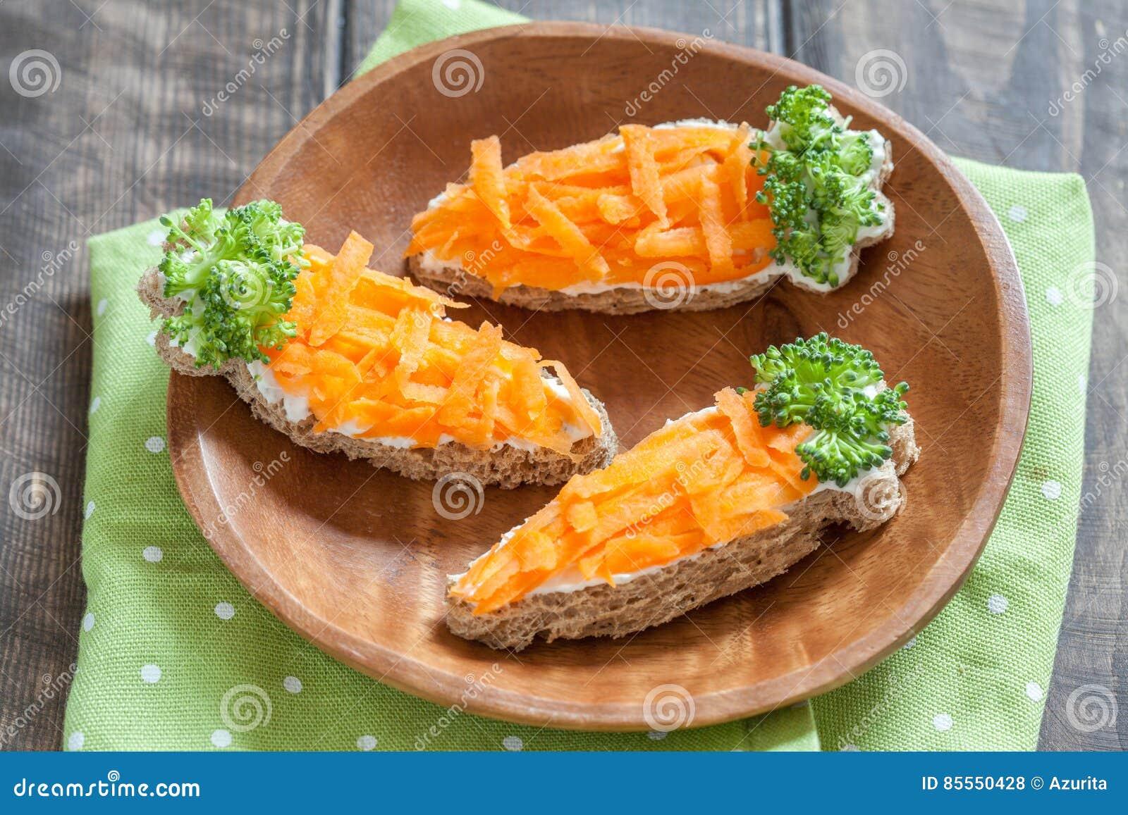 Lustige Toast in einer Karottenform