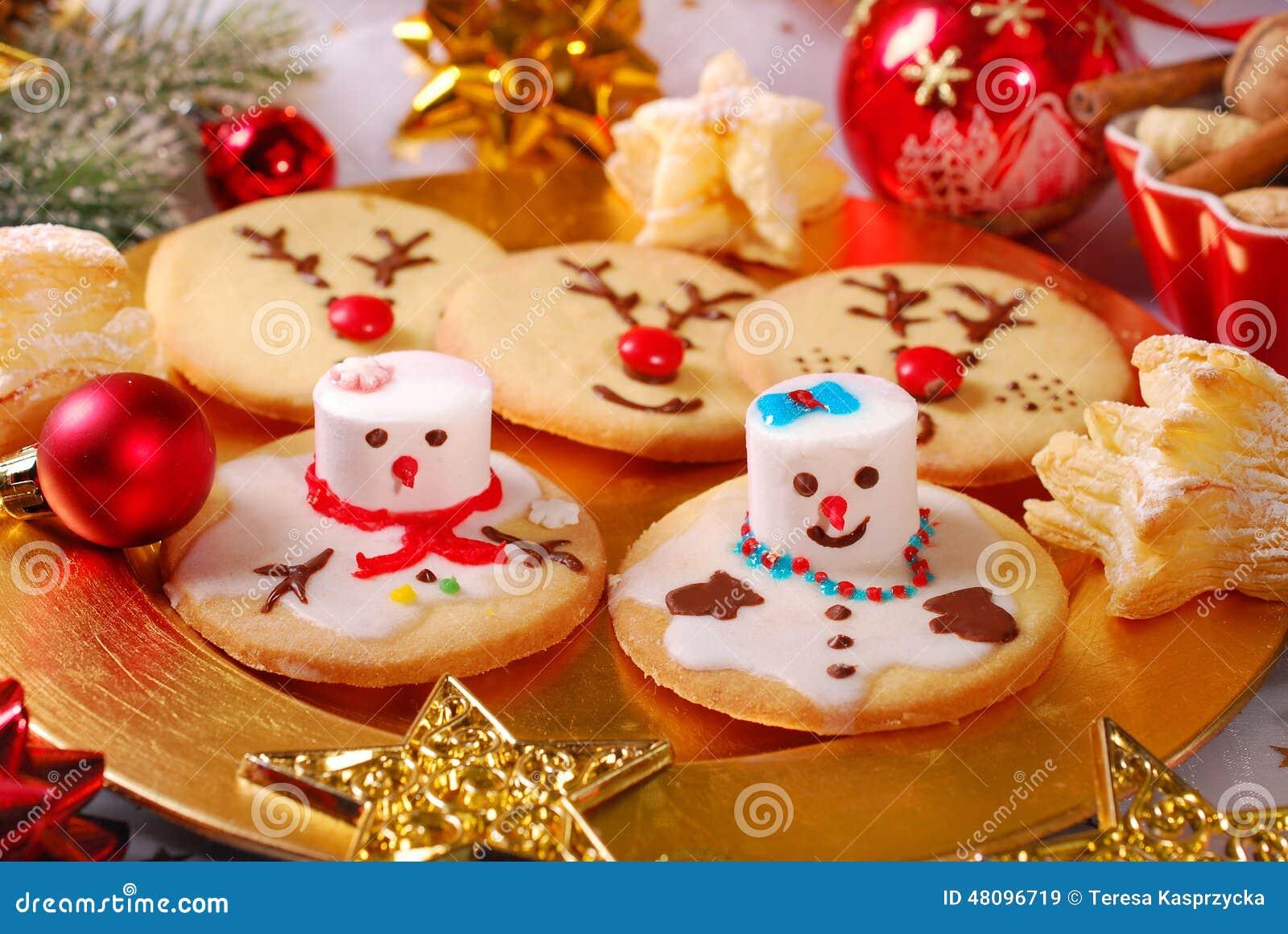Kinder Weihnachtskekse.Lustige Weihnachtsplätzchen Gemacht Von Den Kindern Stockbild Bild