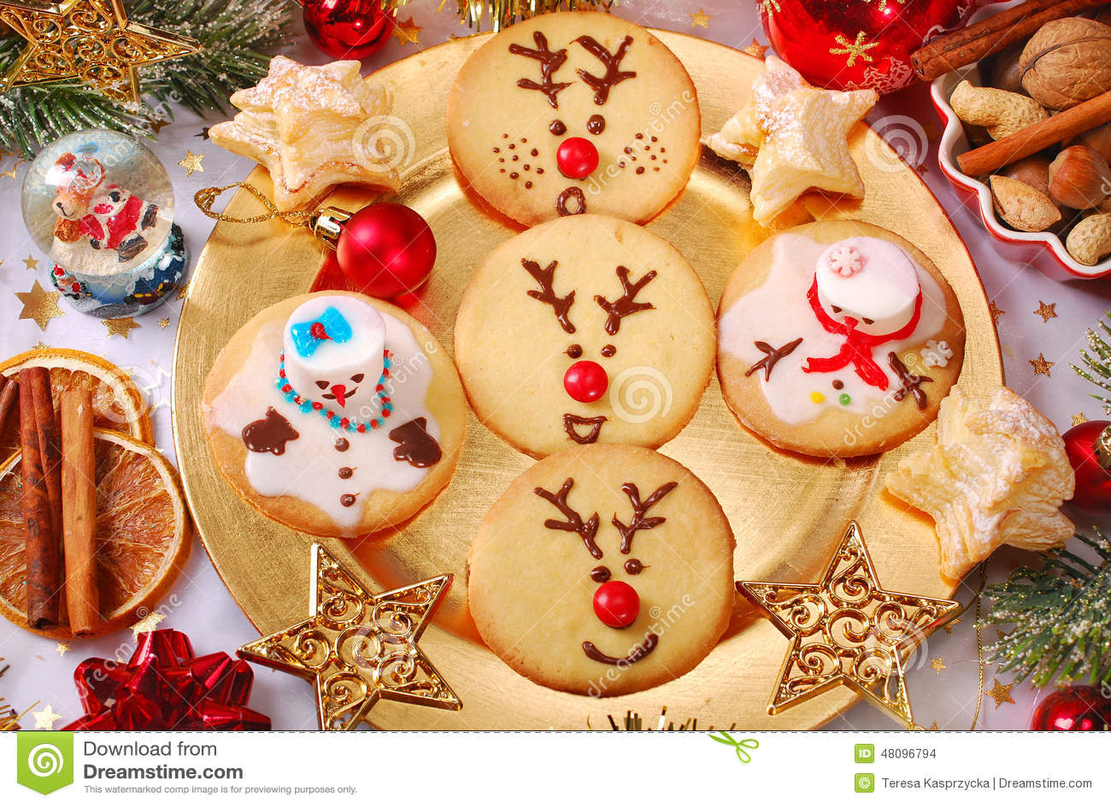 Weihnachtsplätzchen Kindergarten.Lustige Weihnachtsplätzchen Gemacht Von Den Kindern Stockfoto Bild