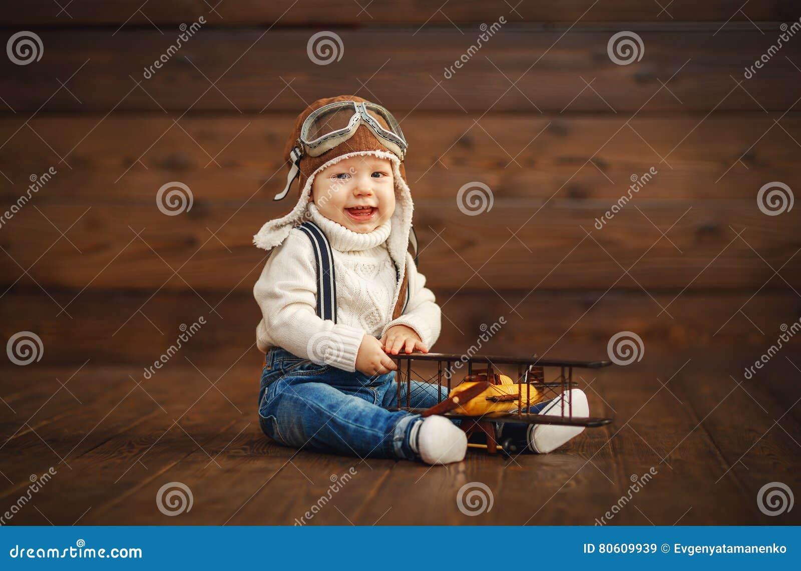 Lustiger Babypilotflieger mit dem Flugzeuglachen