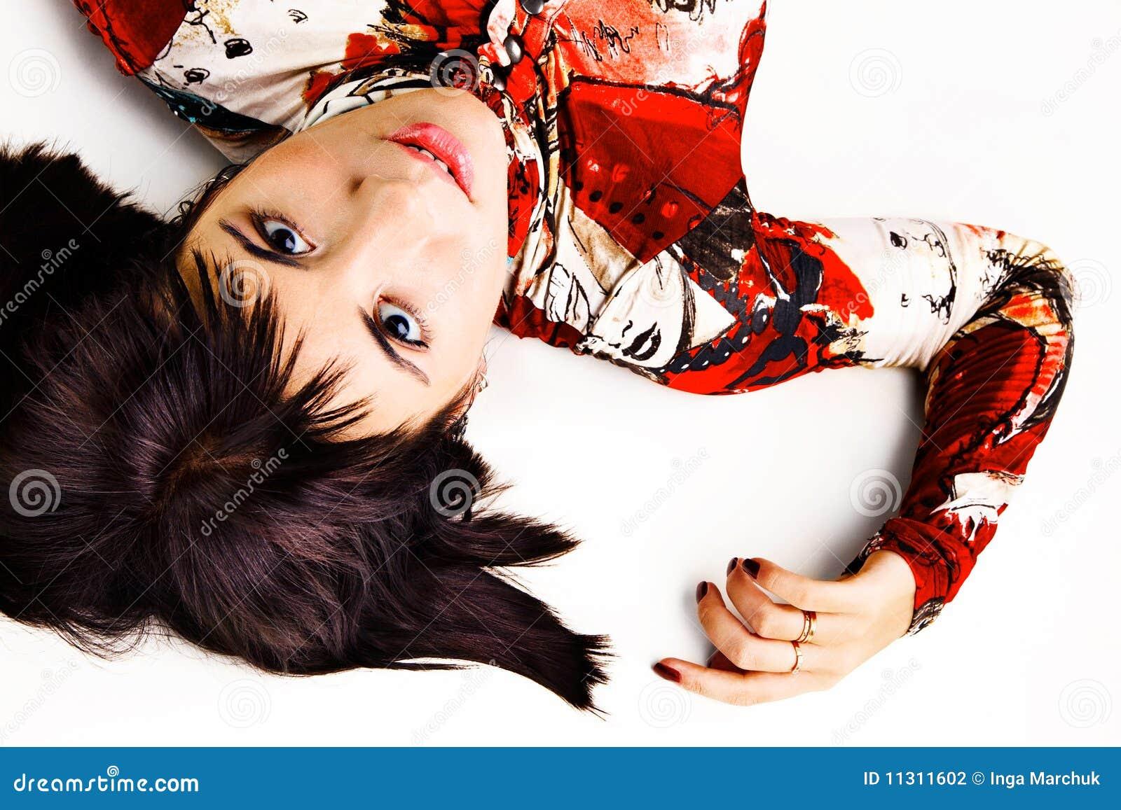 Lustiger Brunette, der auf dem Fußboden liegt