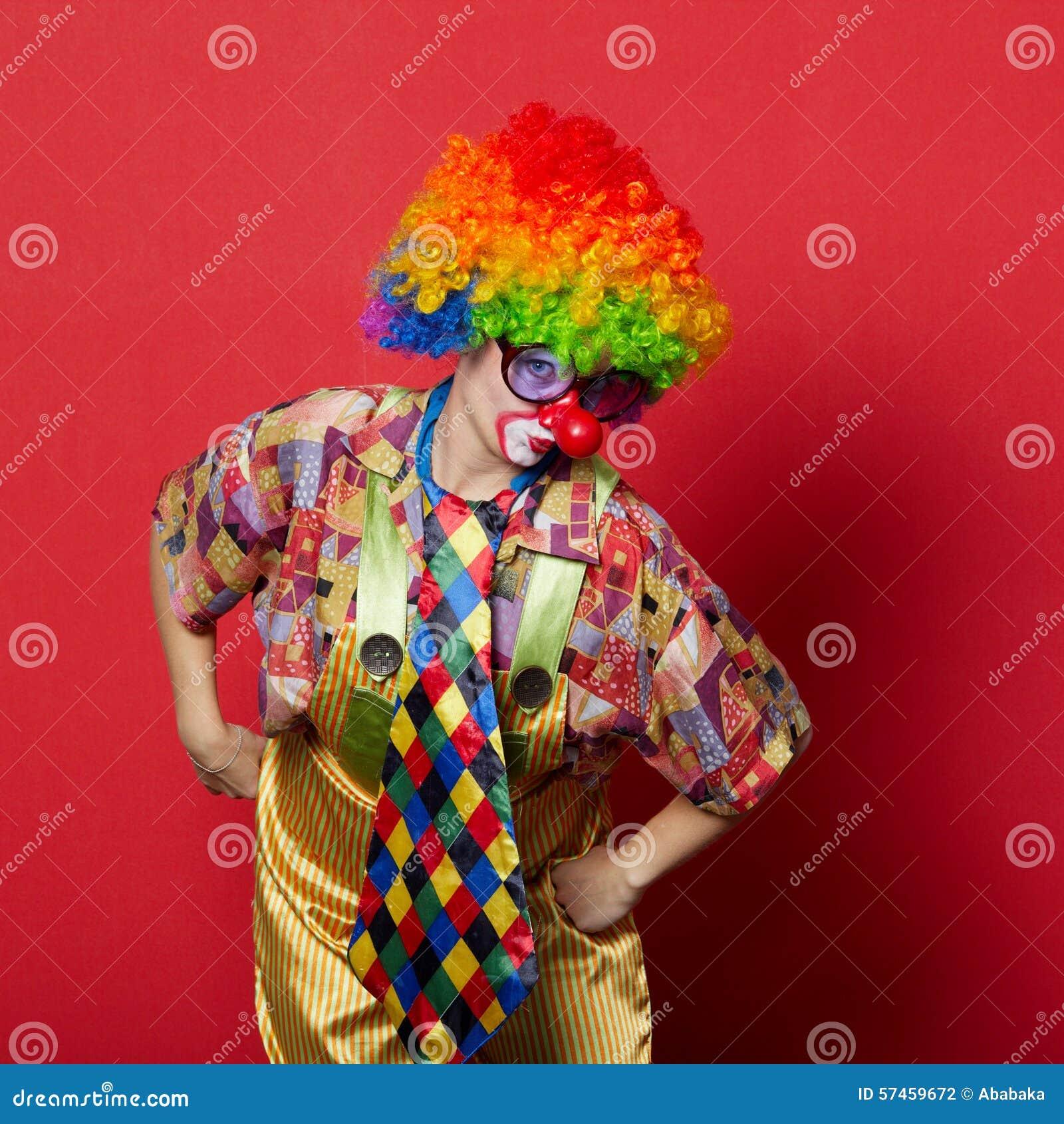 Lustiger Clown mit Gläsern auf Rot