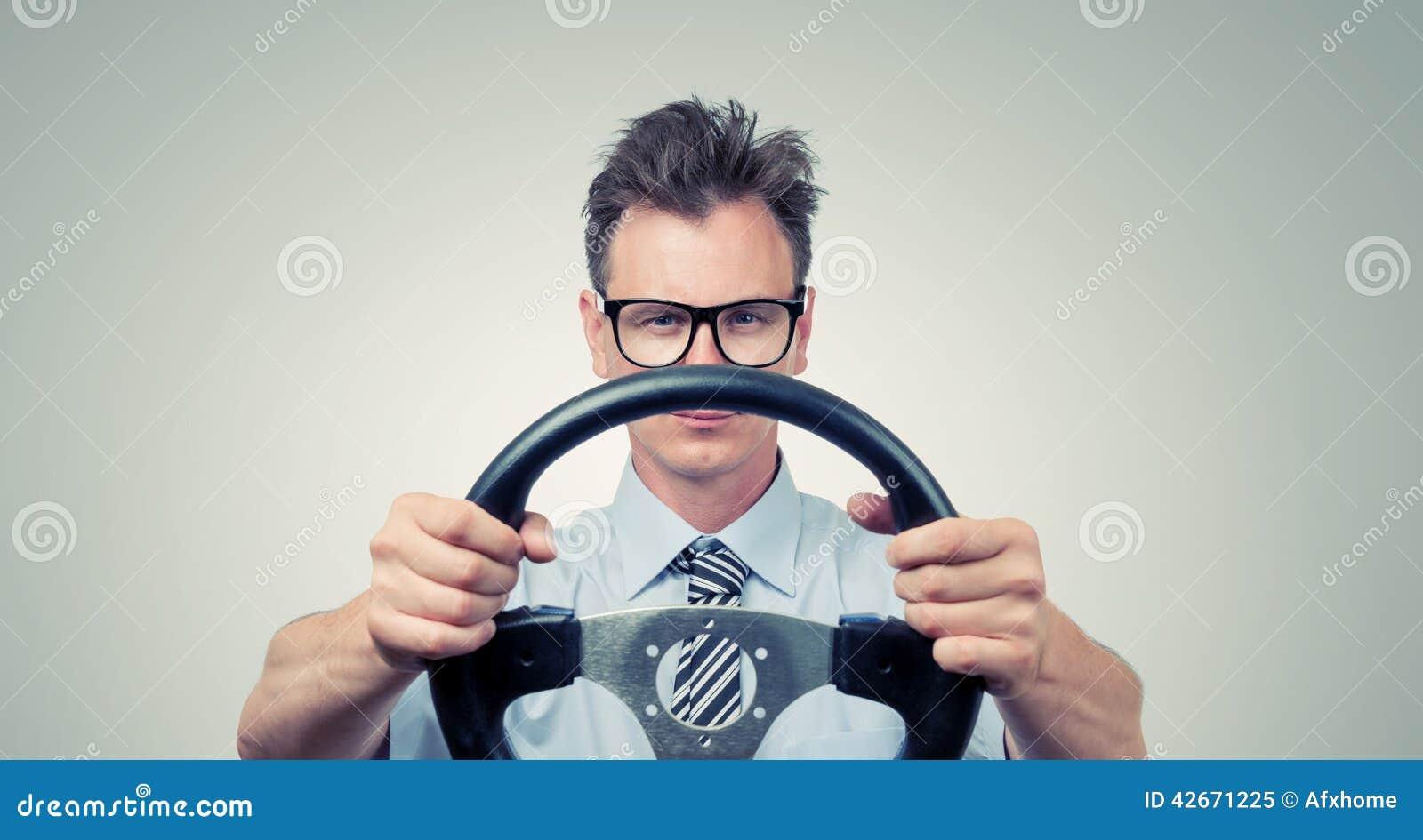 Lustiger Geschäftsmann in den Gläsern mit einem Lenkrad