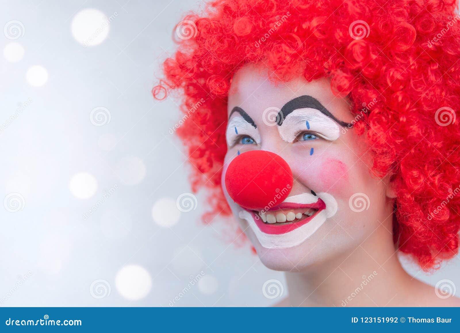 Lustiger Kinderclown, Der Mit Dem Roten Gelockten Haar Und