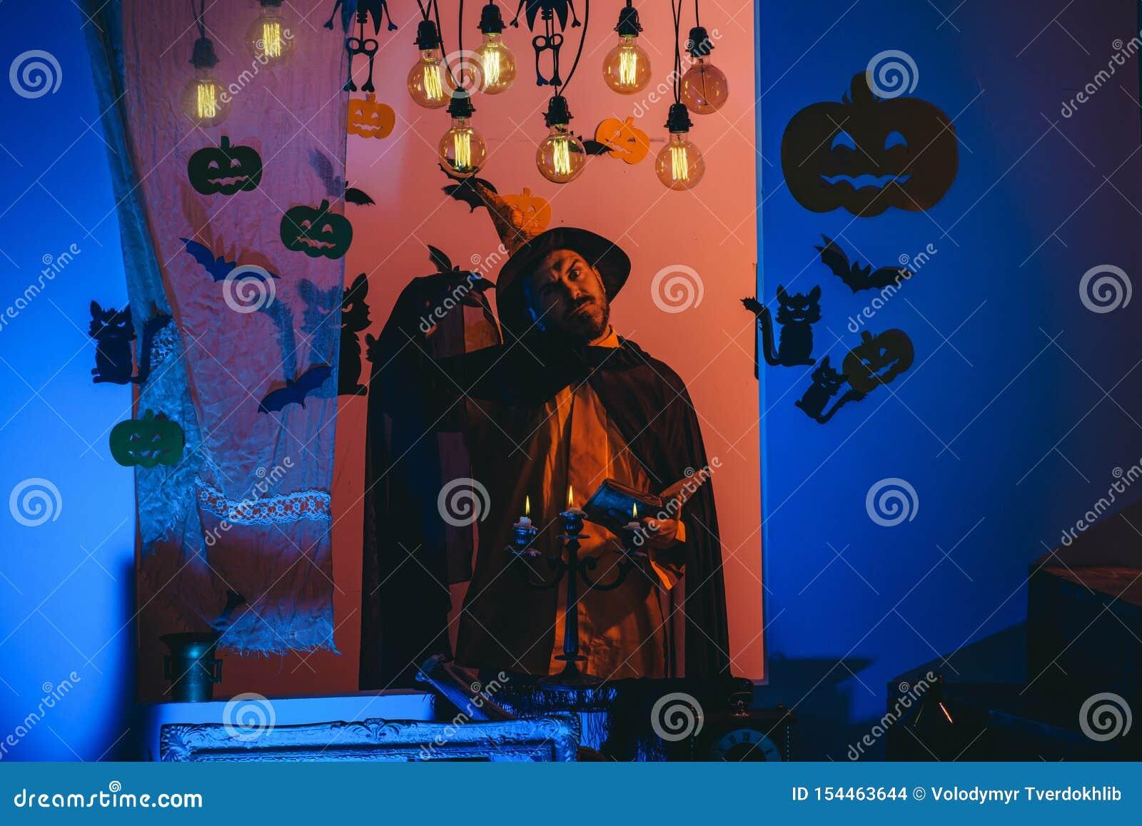Lustiger kluger Zauberer auf einem Halloween-Hintergrund Furchtsamer Gesichtsmann mit Horror Make up K?rbishauptsteckfassungslate