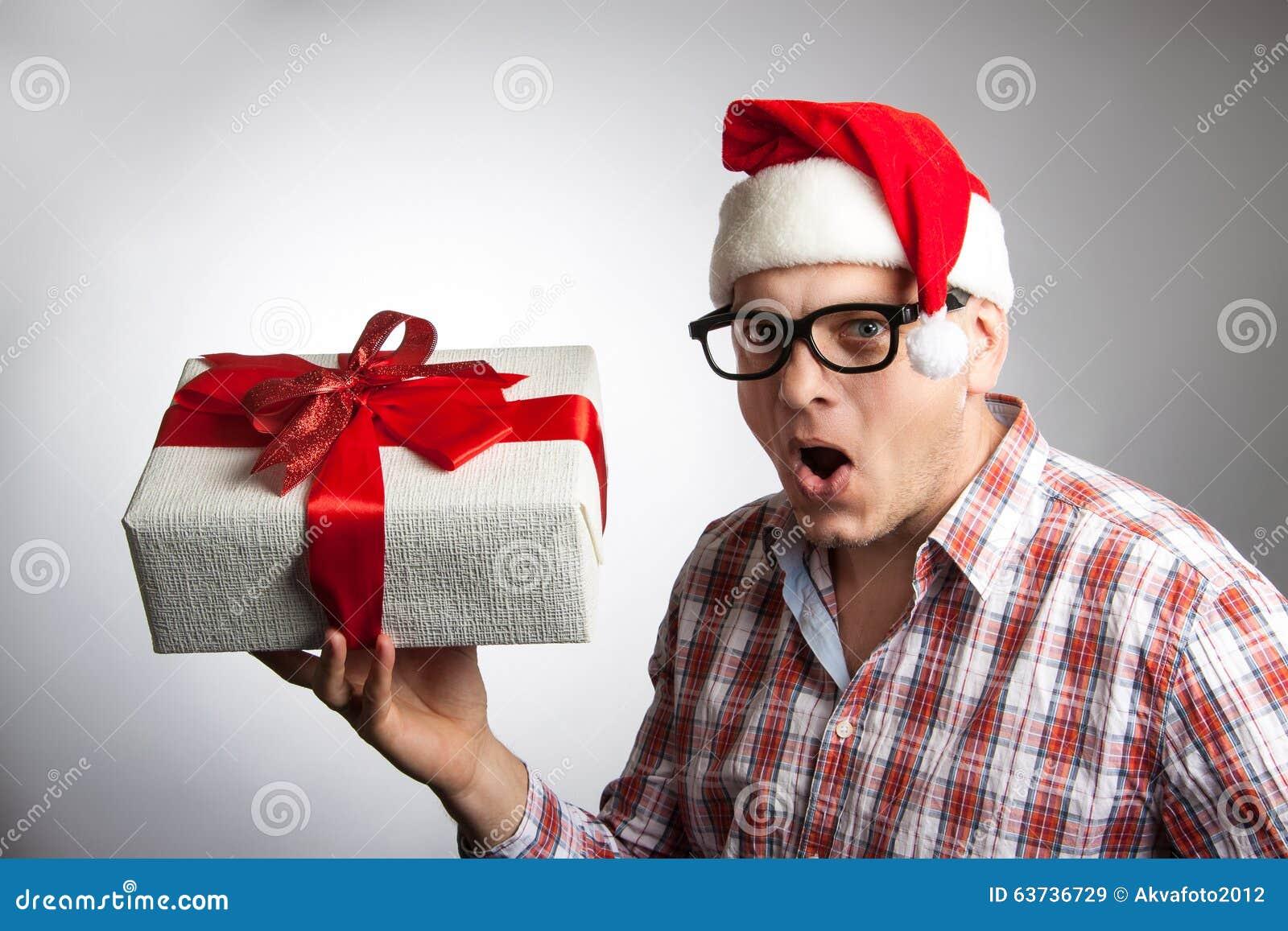 Lustiger Mann In Einem Hut Sankt Mit Einem Weihnachtsgeschenk In ...