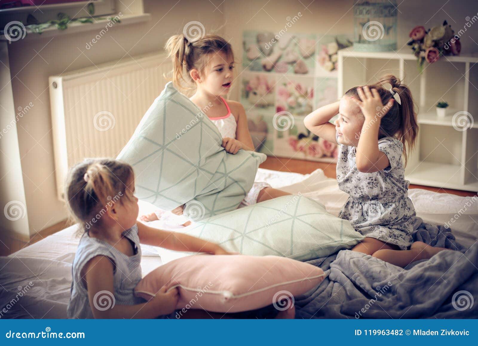Lustiger Morgen Kinder auf Bett